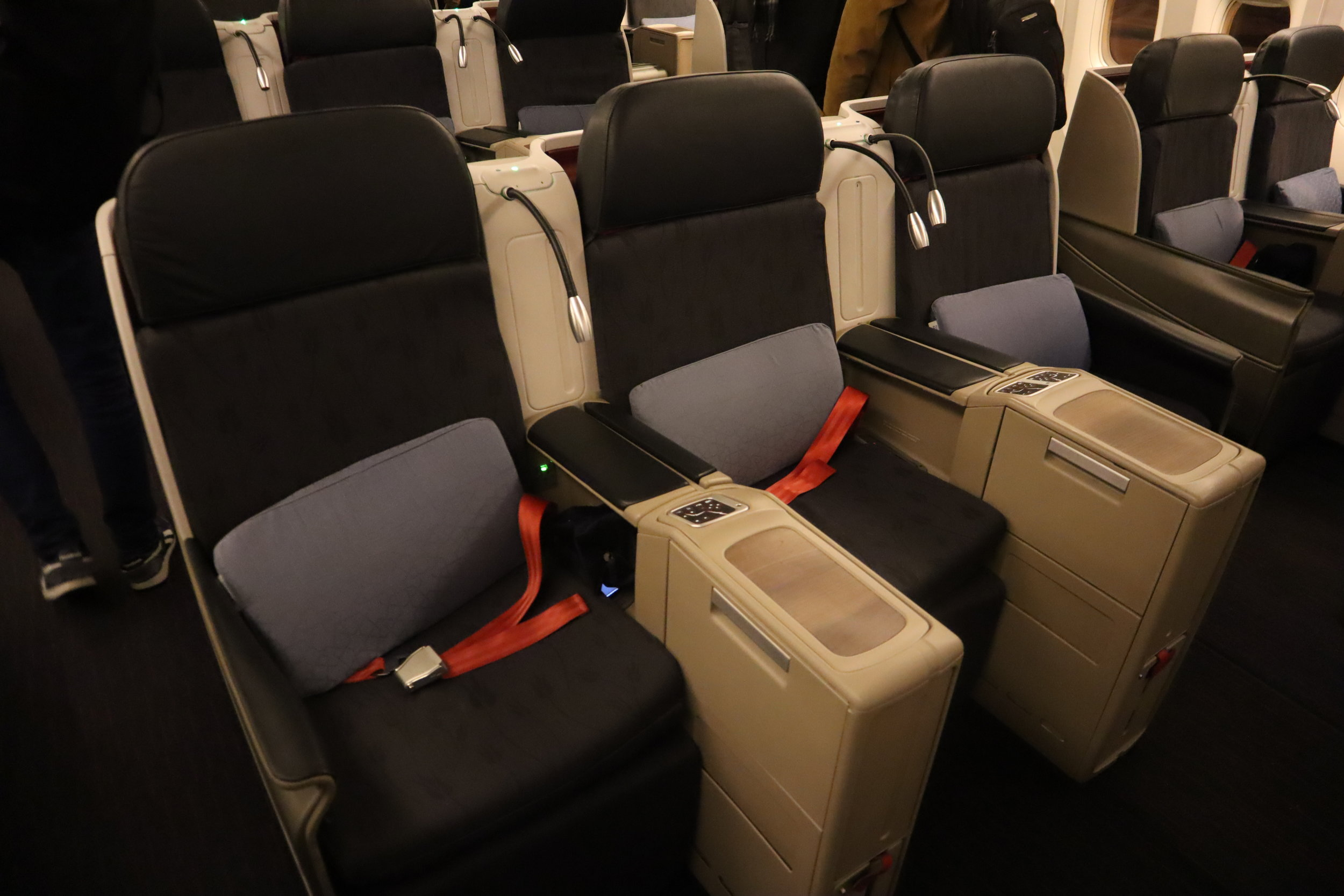 Turkish Airlines 777 business class – Three-across seating