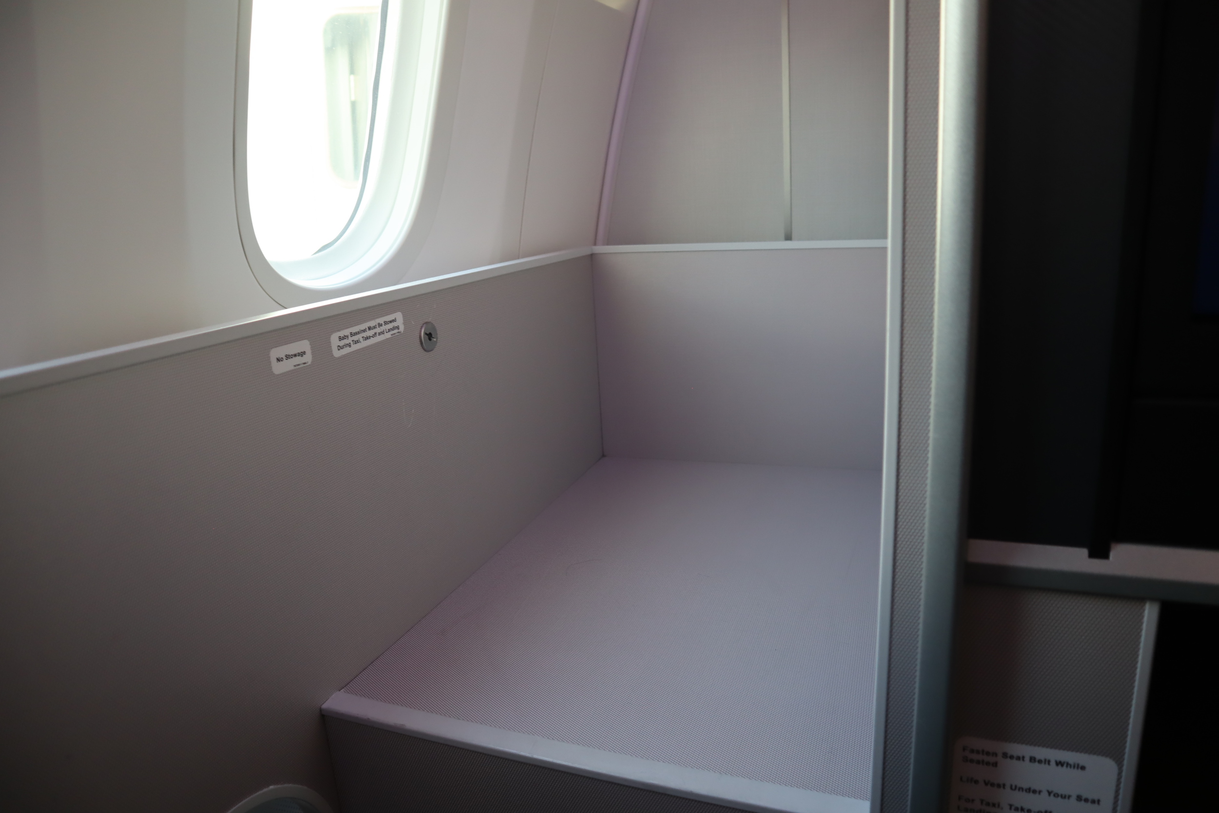 Singapore Airlines 787-10 business class – Bassinet seat