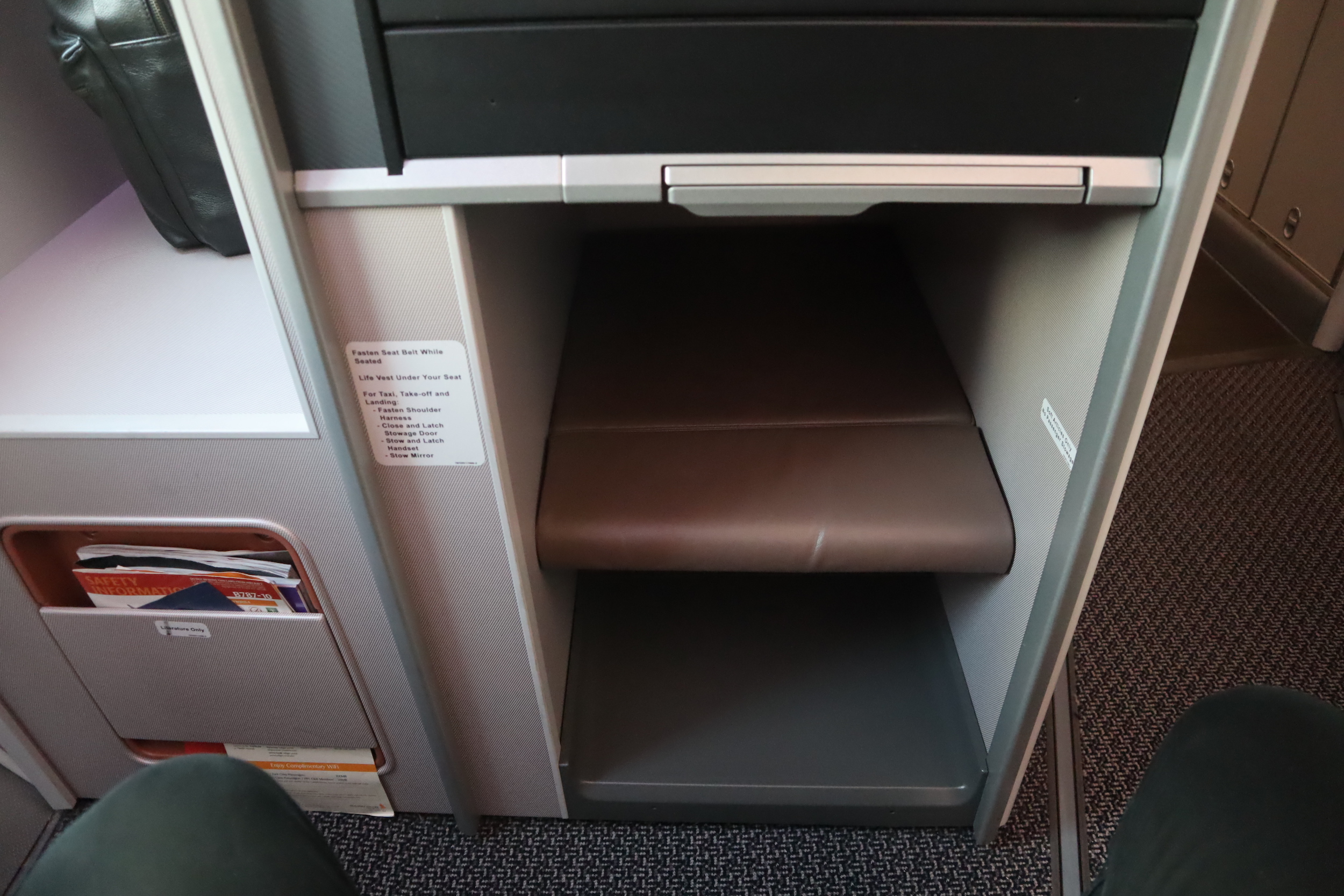 Singapore Airlines 787-10 business class – Footwell