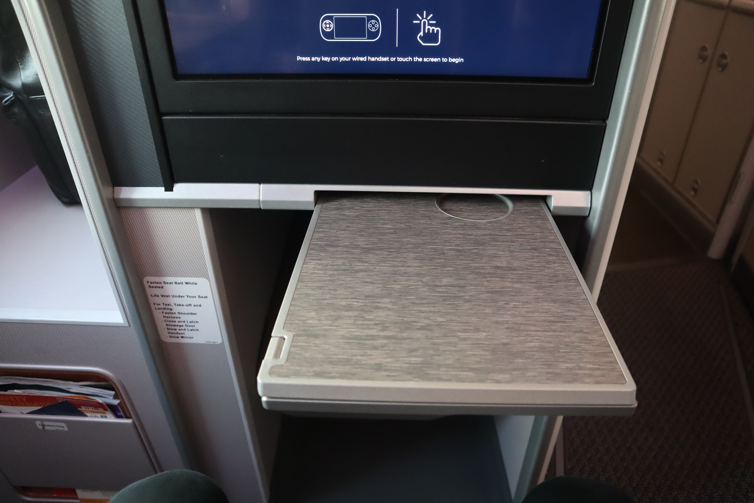 Singapore Airlines 787-10 business class – Tray table