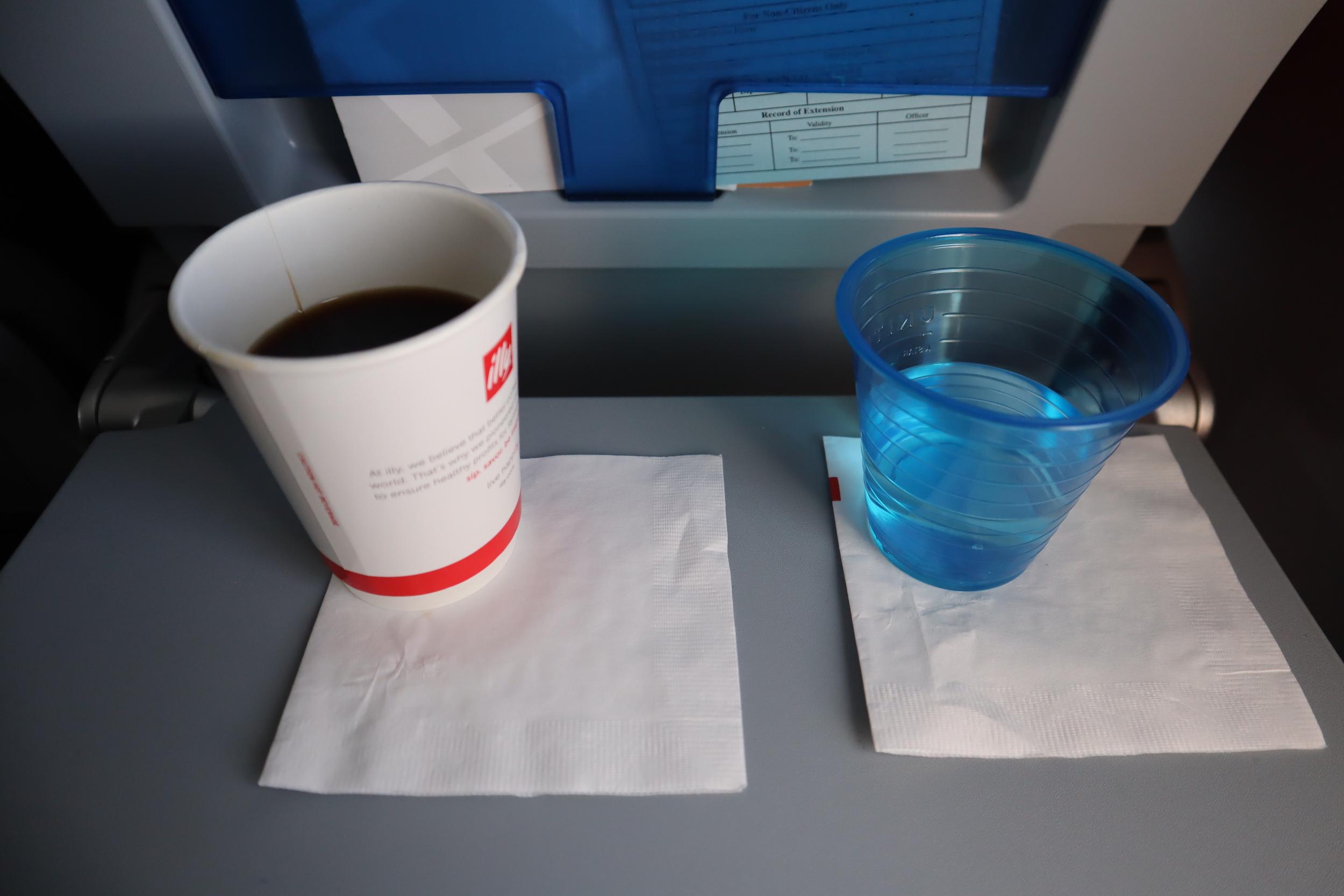 United 737 economy class – Drink service
