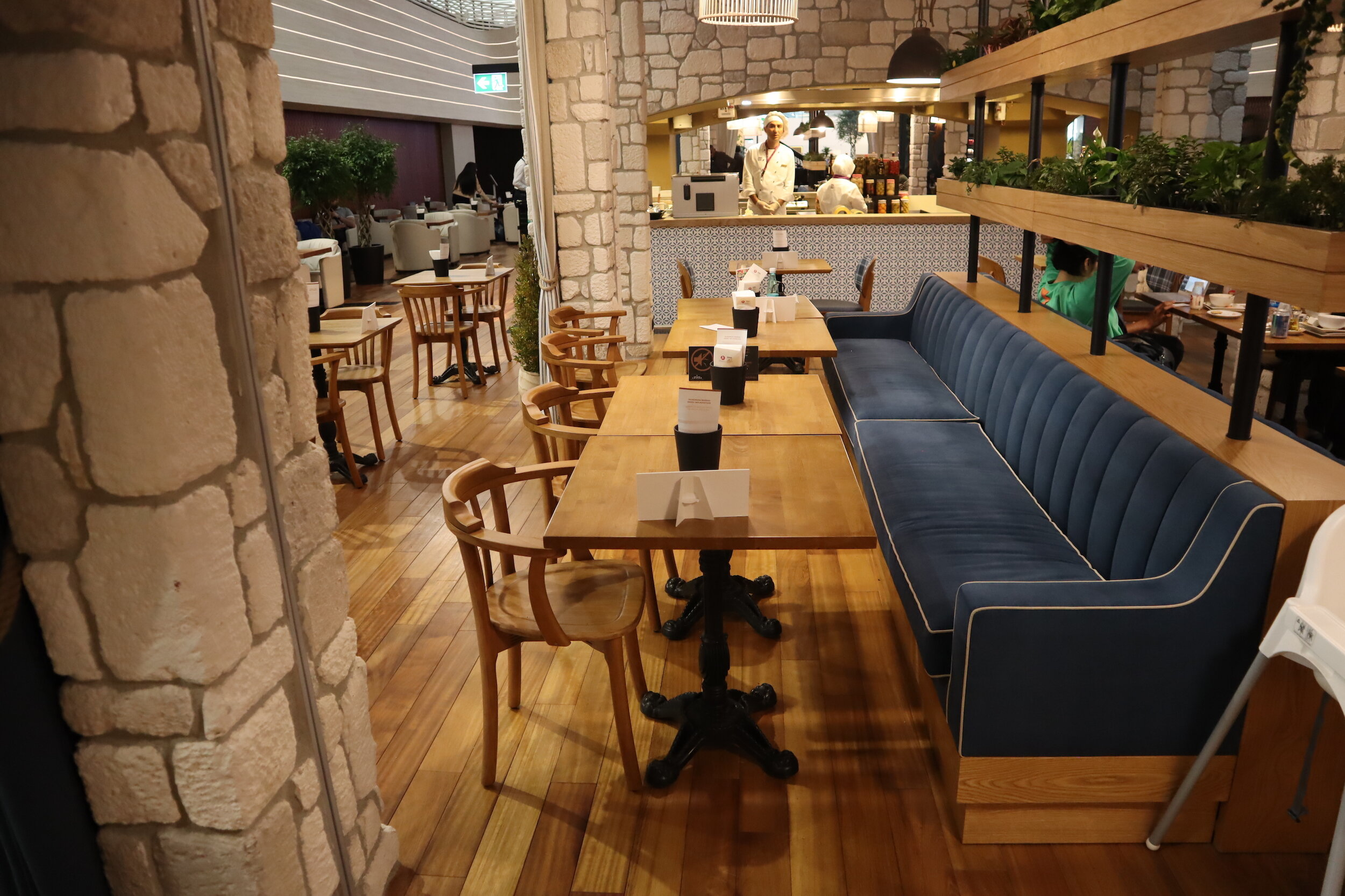 Turkish Airlines Business Lounge Istanbul – Dining area