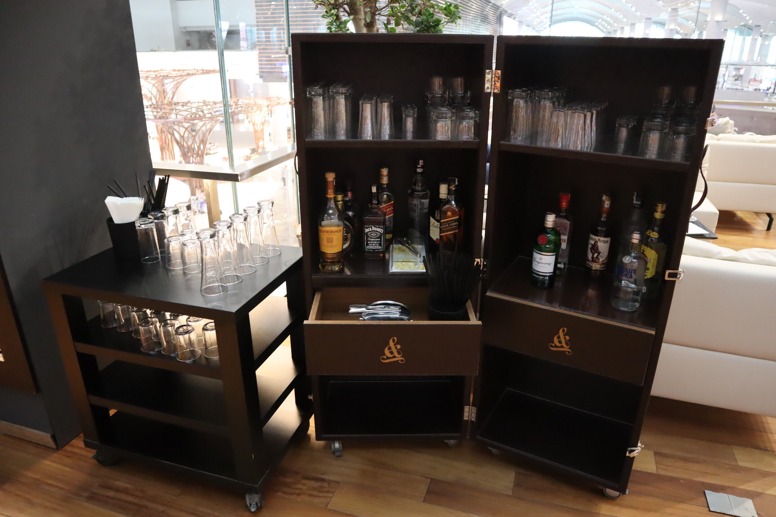 Turkish Airlines Business Lounge Istanbul – Self-serve liquor cart
