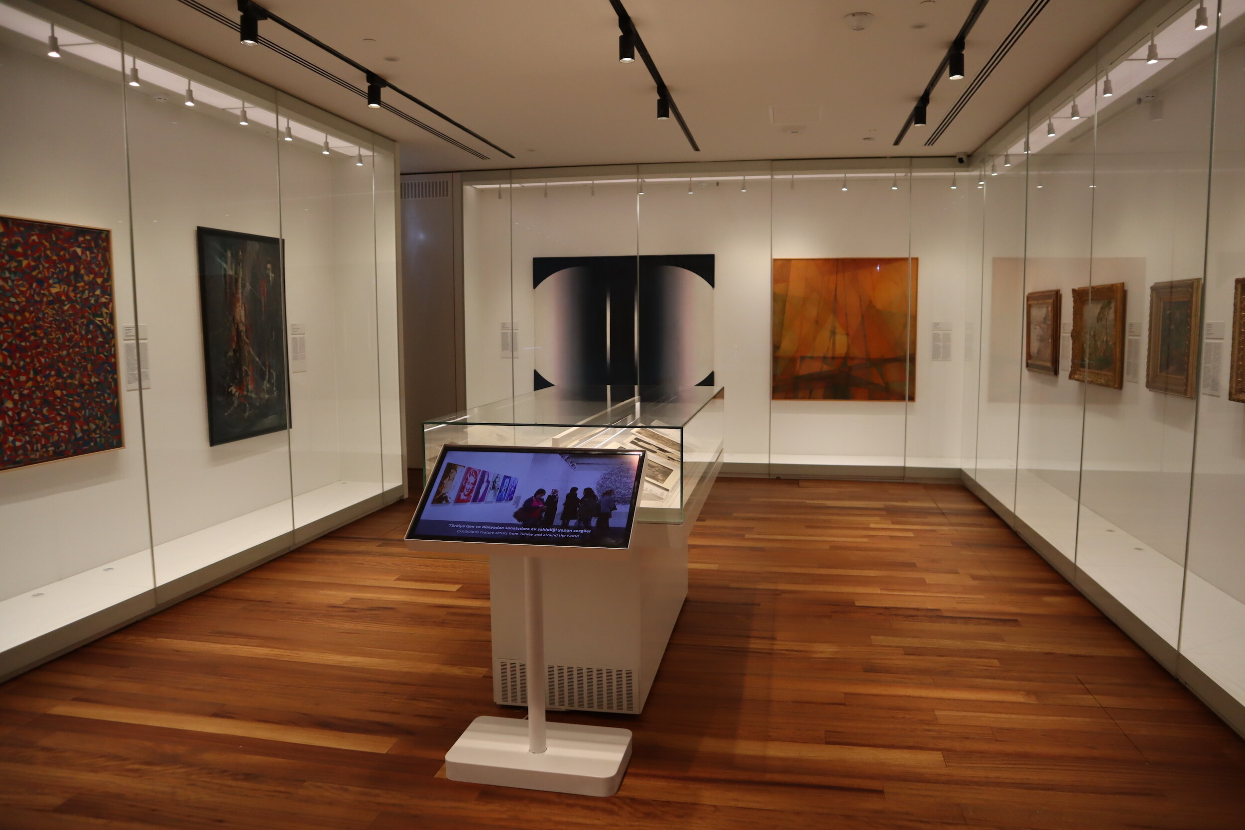 Turkish Airlines Business Lounge Istanbul – Modern art gallery