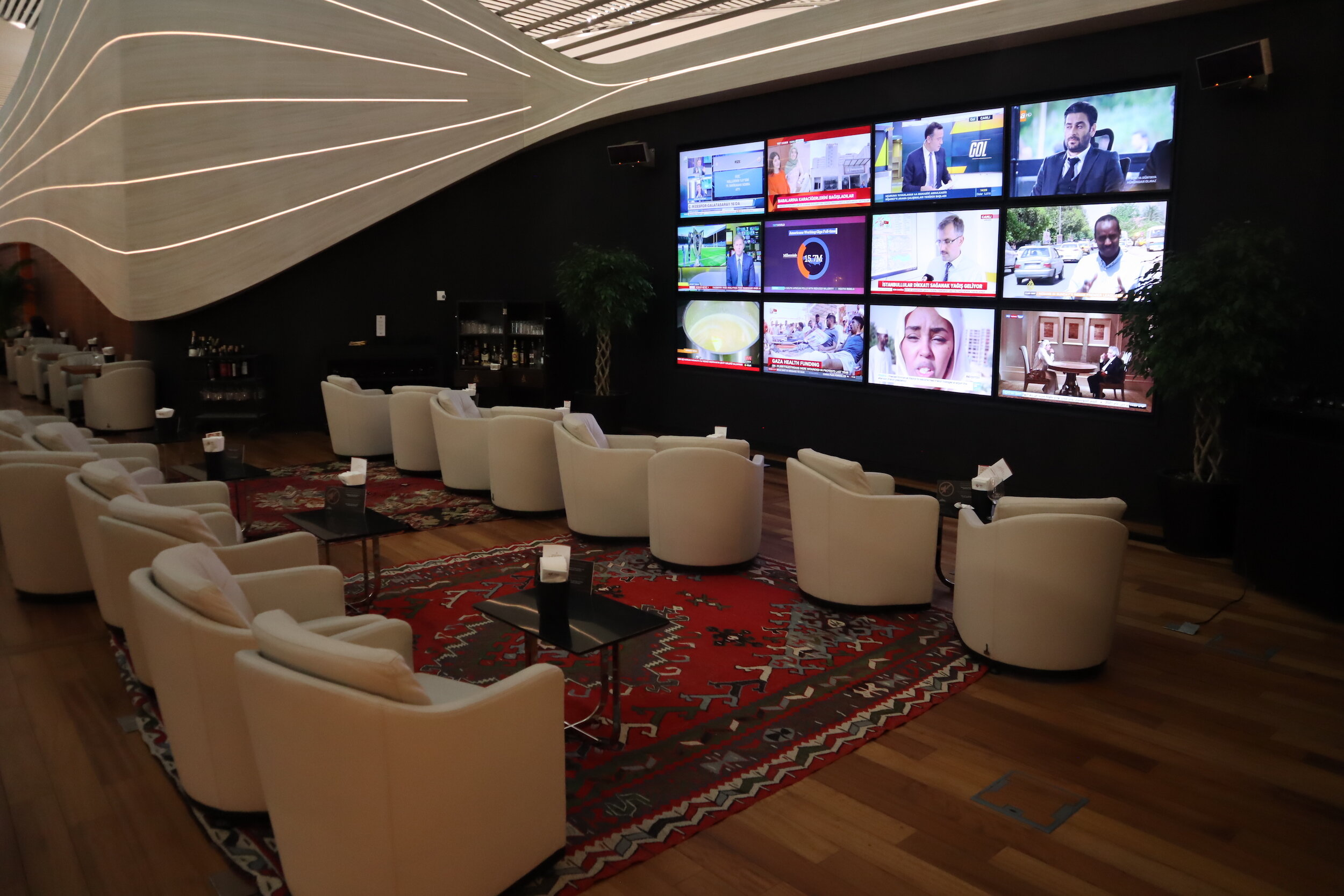 Turkish Airlines Business Lounge Istanbul – TV screens