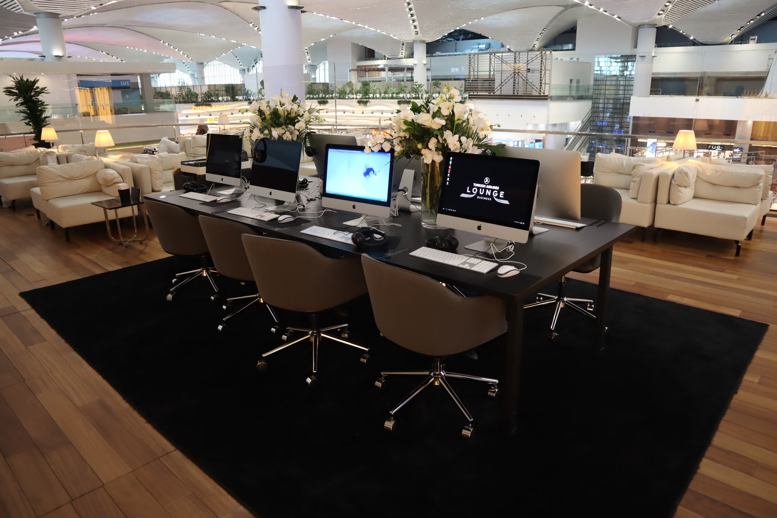 Turkish Airlines Business Lounge Istanbul – Computer workstation