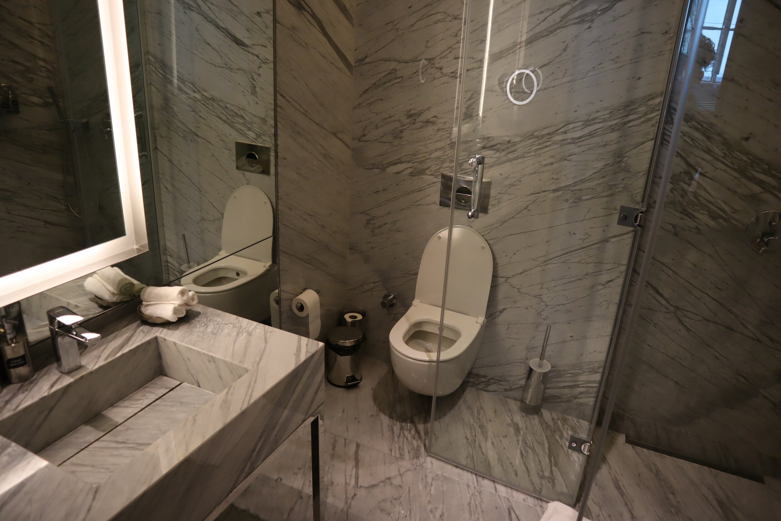 Turkish Airlines Business Lounge Istanbul – Shower room