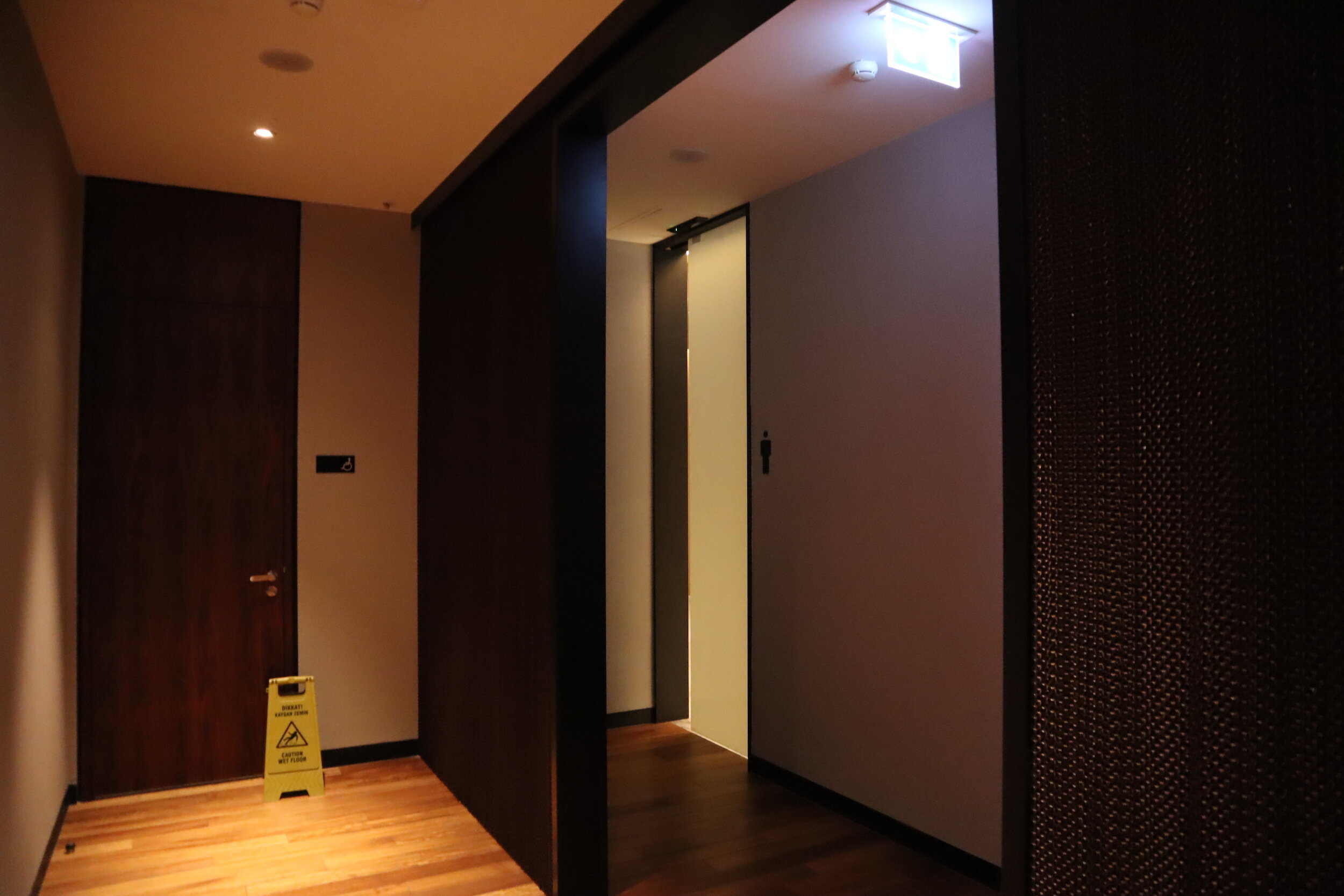 Turkish Airlines Business Lounge Istanbul – Restroom