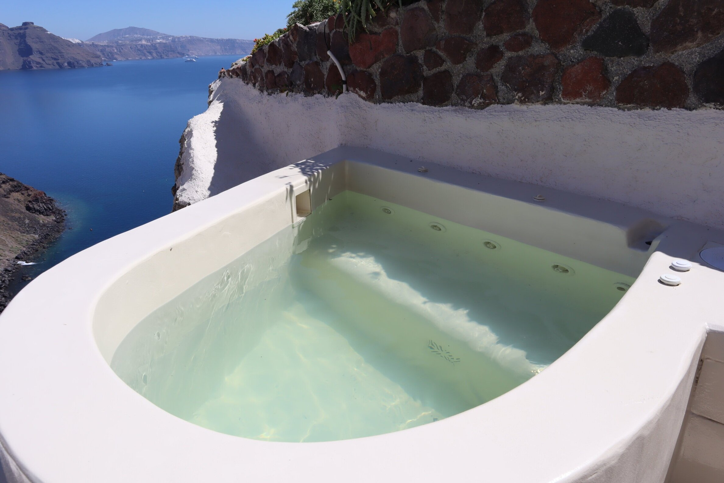 Mystique Santorini – Wet Allure Suite whirlpool