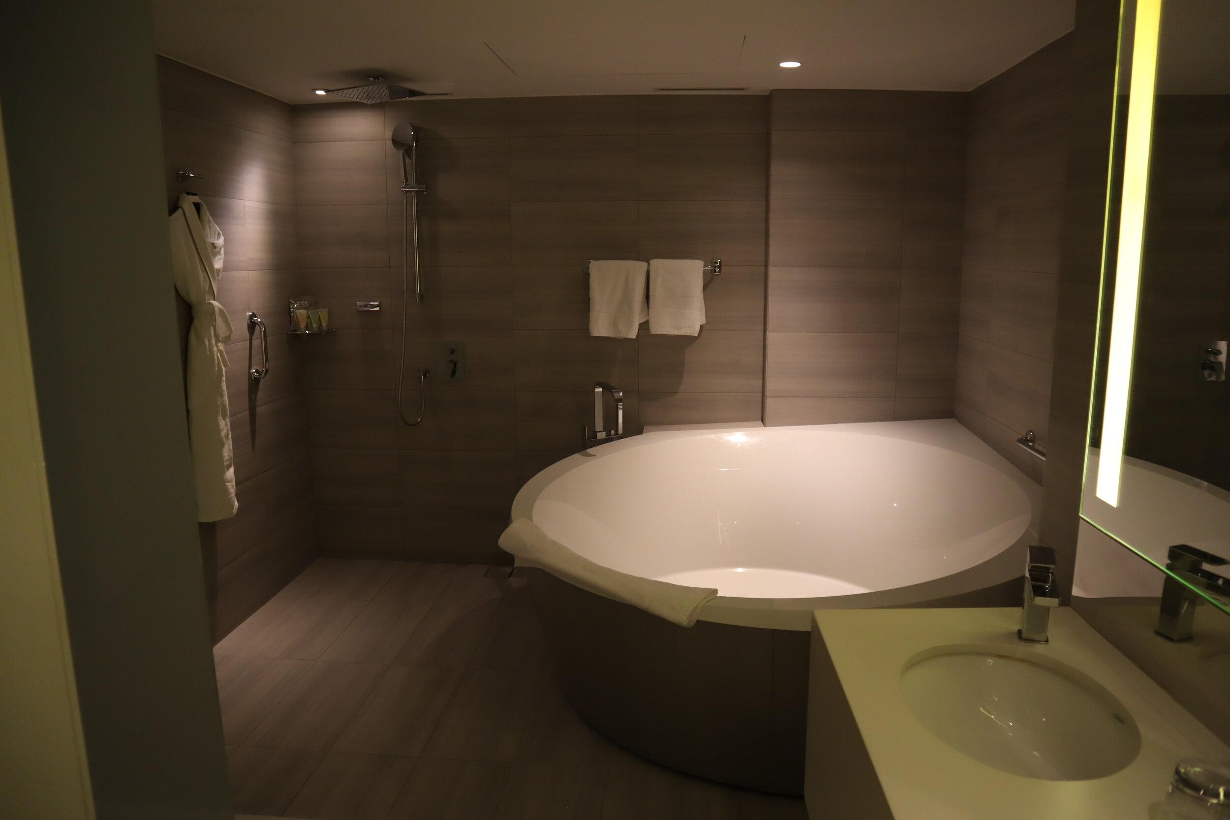 W Amman – Cool Corner Suite bathroom