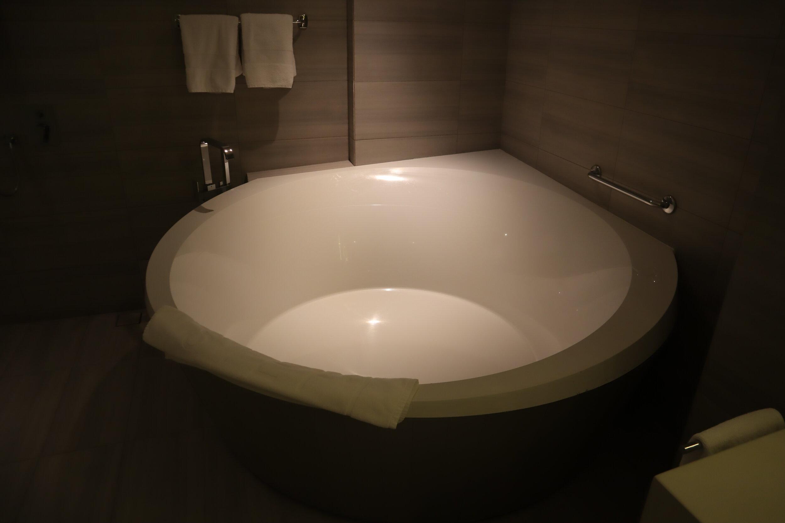 W Amman – Cool Corner Suite bathtub