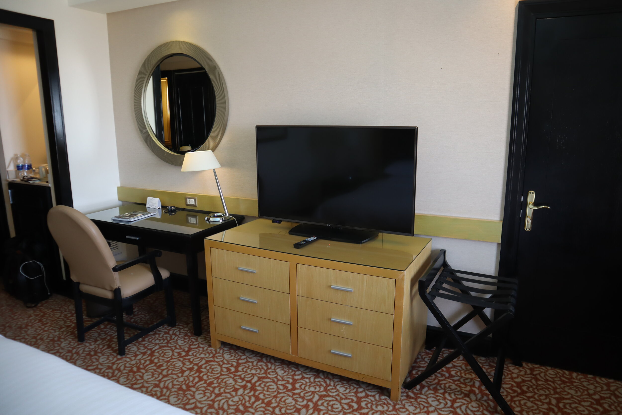 Marriott Petra – Desk and television