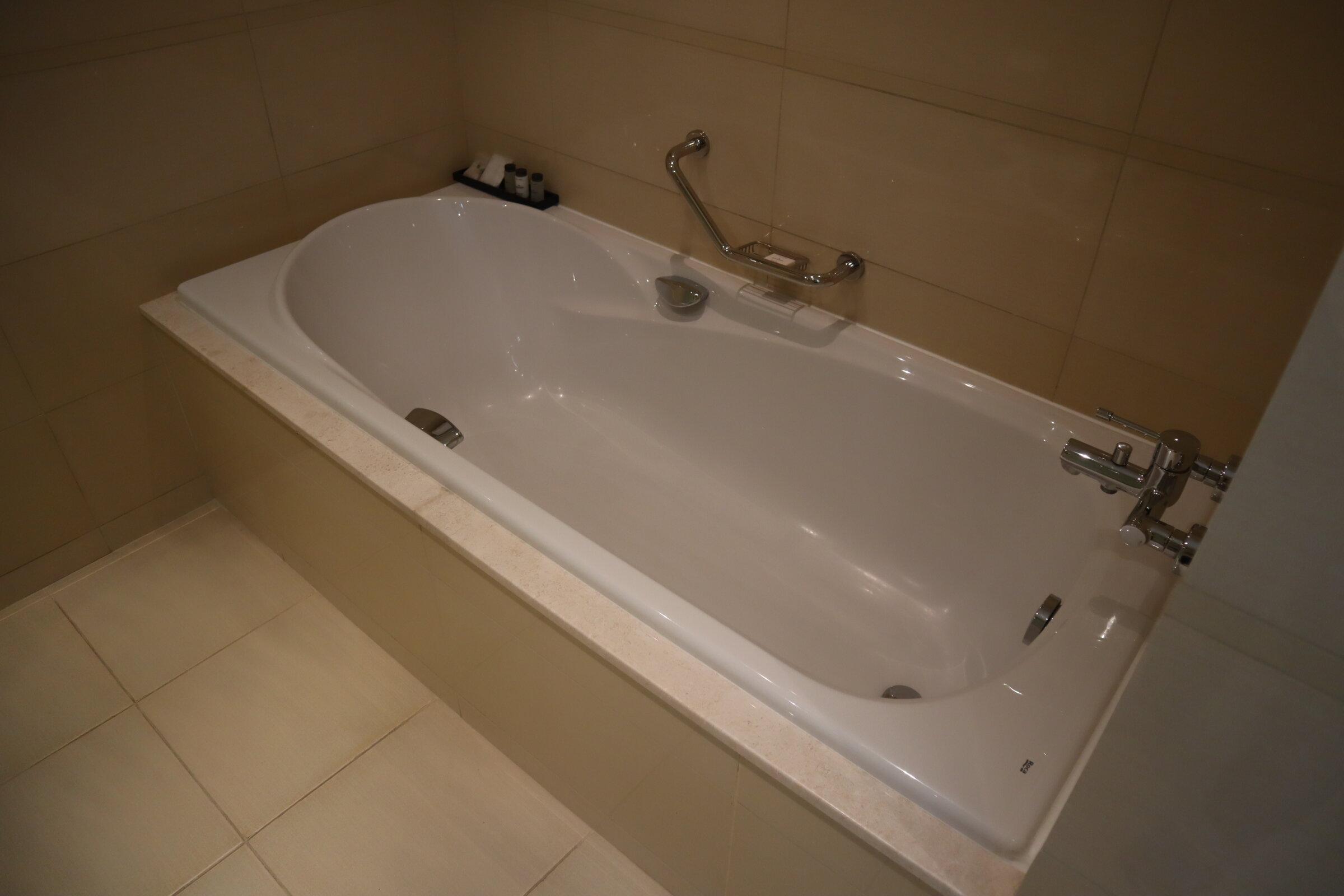 Sheraton Oman – Studio Suite bathtub