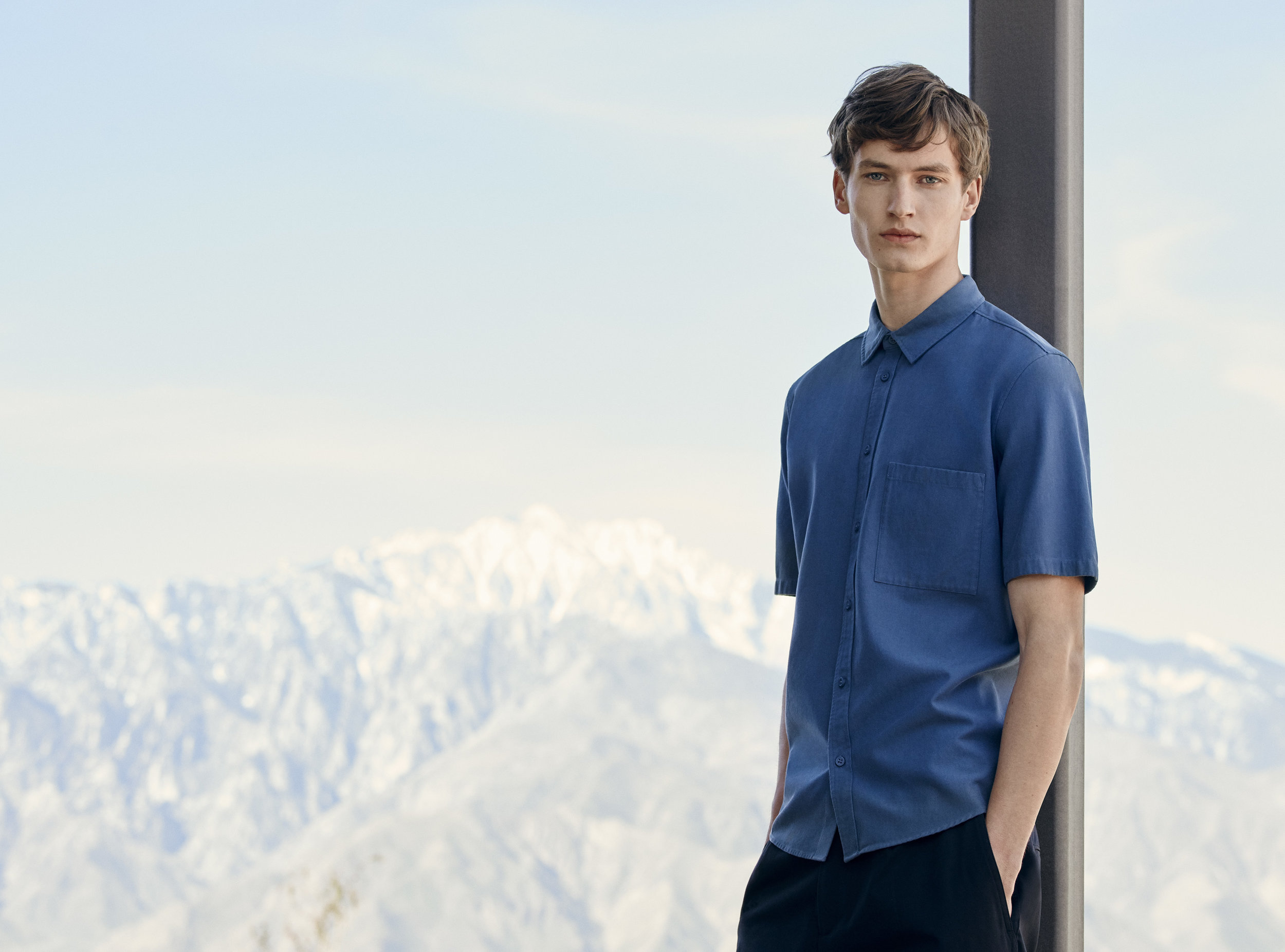 Short-sleeve twill shirt (59€) ++ Relaxed chino trousers (69€)