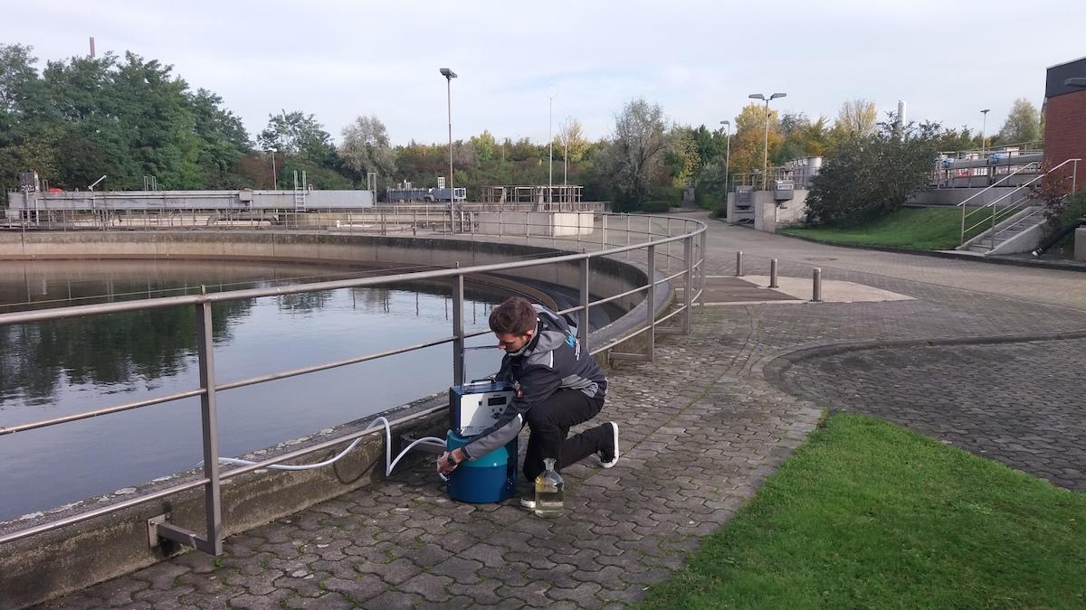 Nicht nur das Wasser im Kanal wird untersucht. Auch in der Kläranlage werden Proben entnommen.