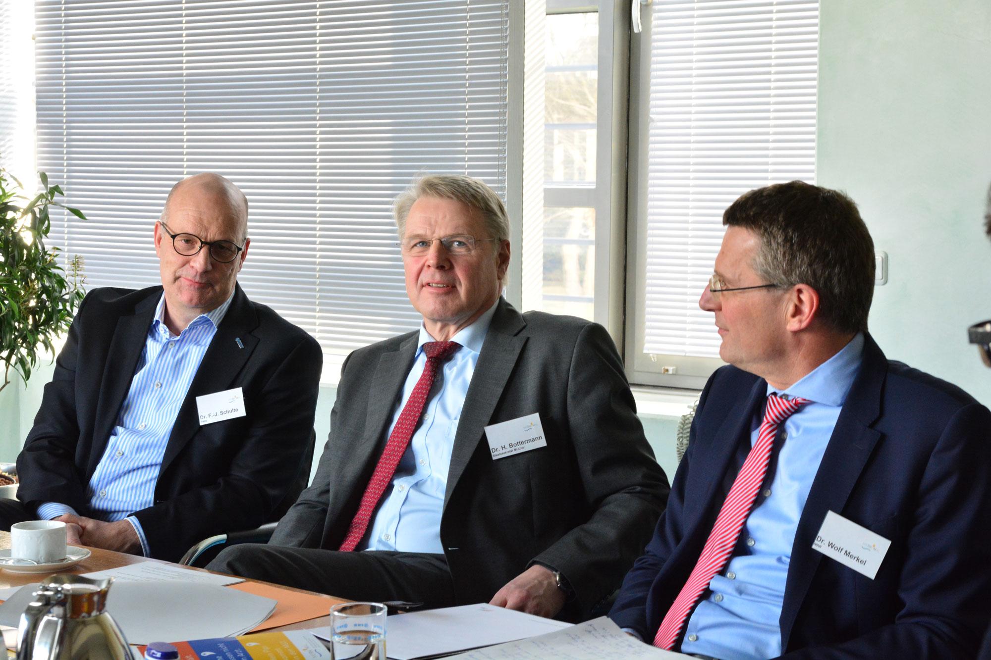 Dr. Franz-Josef Schulte (RWW), Staatssekretär Dr. Heinrich Bottermann und Dr.-Ing. Wolf Merkel (IWW) sind zufrieden mit dem Verlauf des Projekts und können sich einen Roll-Out auf einen größeren Untersuchungsraum vorstellen.