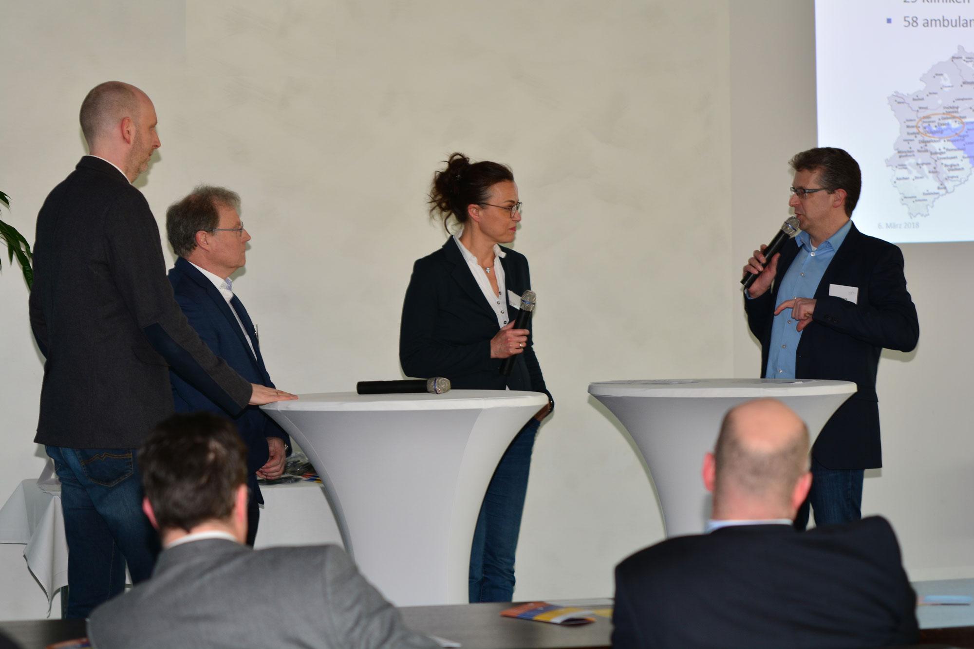 Moderator Frank Fligge von IKU_Die Dialoggestalter führte durch die Gesprächsrunde mit den am Projekt beteiligten Mediziner (v.l.):Dr. med. Kai Naßenstein, Dr. med. Claudia Mohr, Dr. med. Armin Schmidt