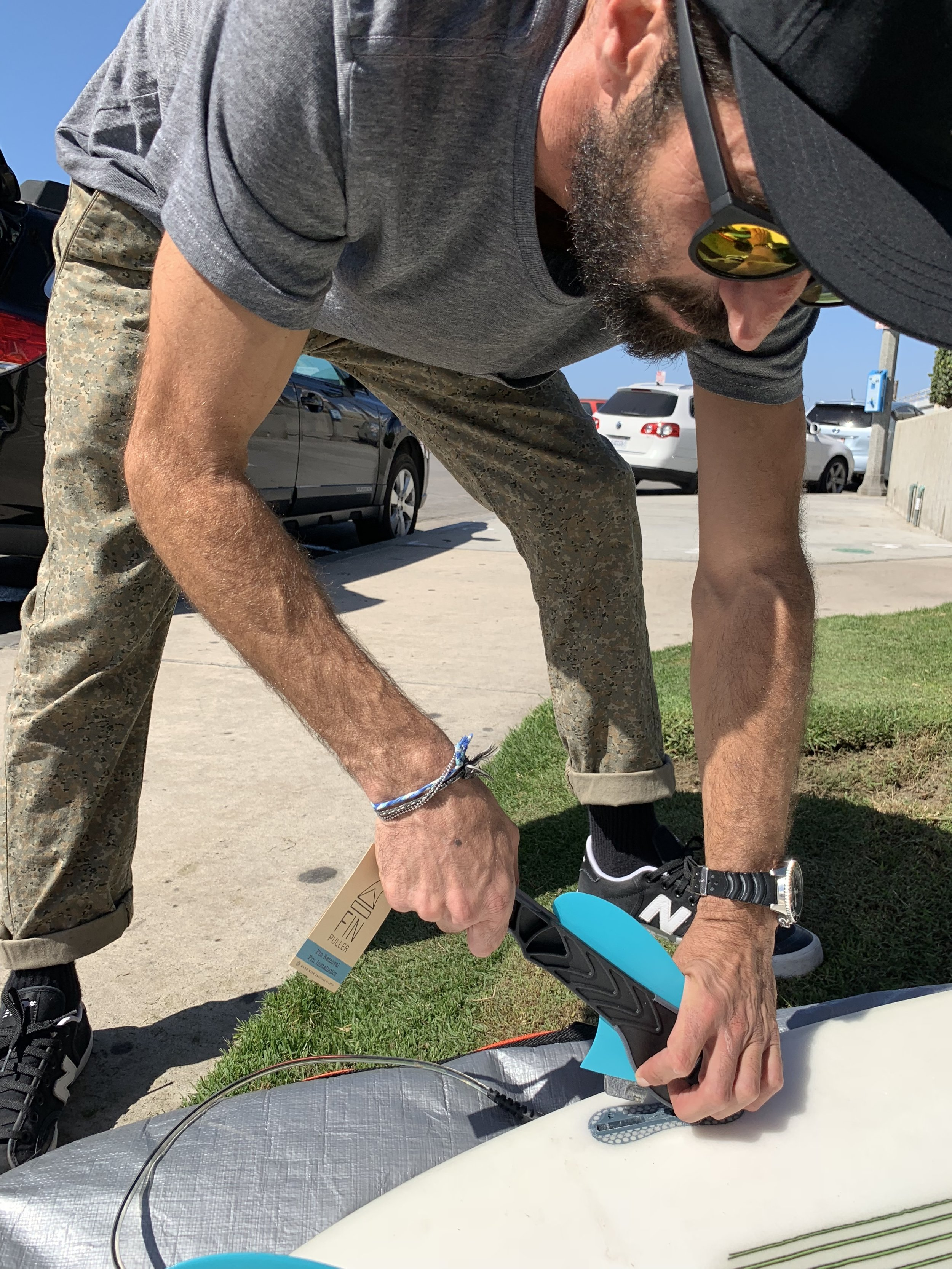 Guri (owner, designer, surfer) showing how to takeout a FCS2 fin by putting the Fin Puller under the fin. Sounds like common sense but it takes a few goes to figure out how to use the tool properly.