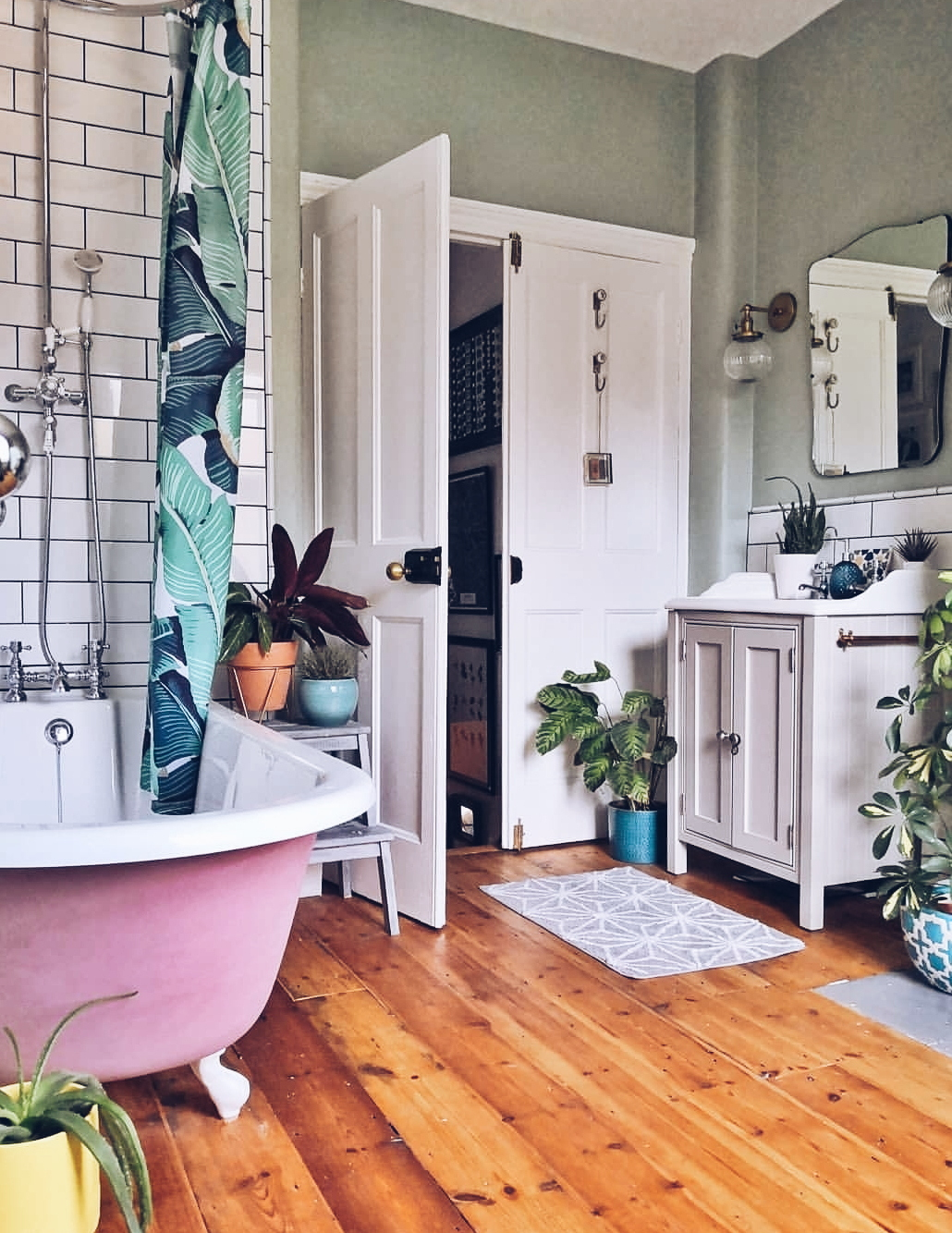 This was the room in  Vic's house  that I first fell in love with. She had me at hello with her pink bath.