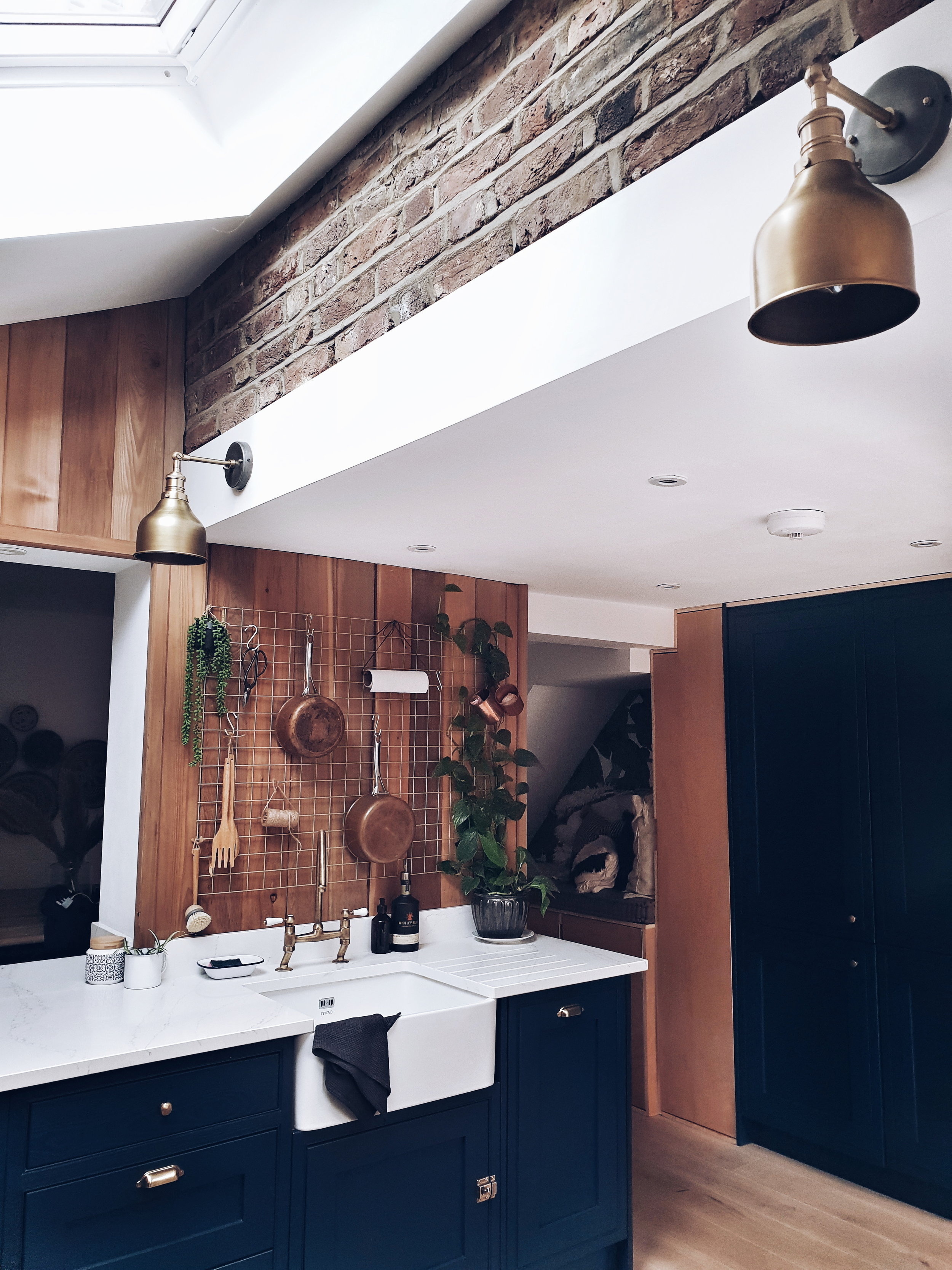 I really like their decision to leave part of the brick wall exposed in the kitchen extension to give the kitchen an industrial interiors edge. Maz's tea towel placement is also en fleek.