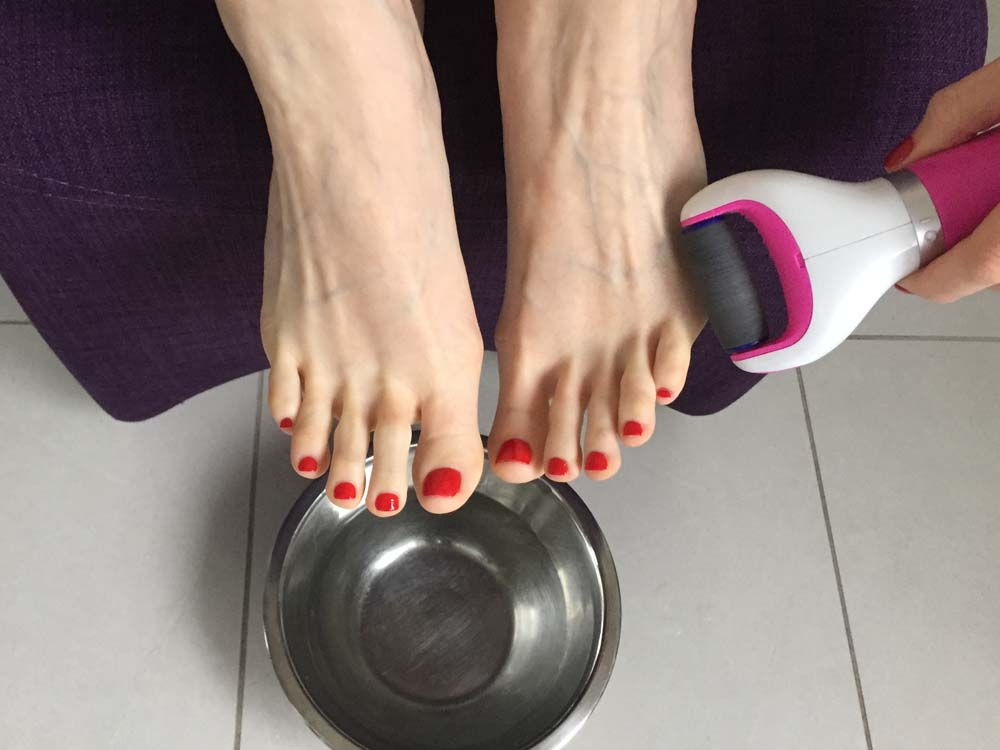 Using the Scholl Pedi Velvet Smooth Electronic Pedicure Foot File