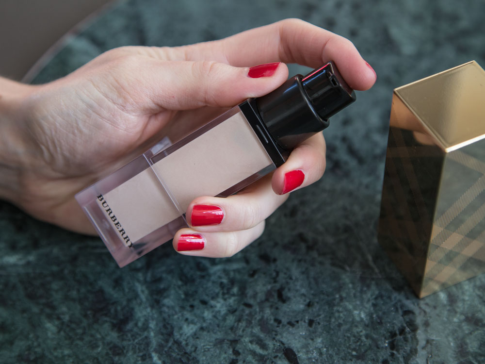 Pick the Right Colour Highlighter for Your Skin Tone,The Lazy Girl's Guide to Highlighters and Illuminators. Burberry Fresh Glow Nude Radiance No. 01 Nozzle