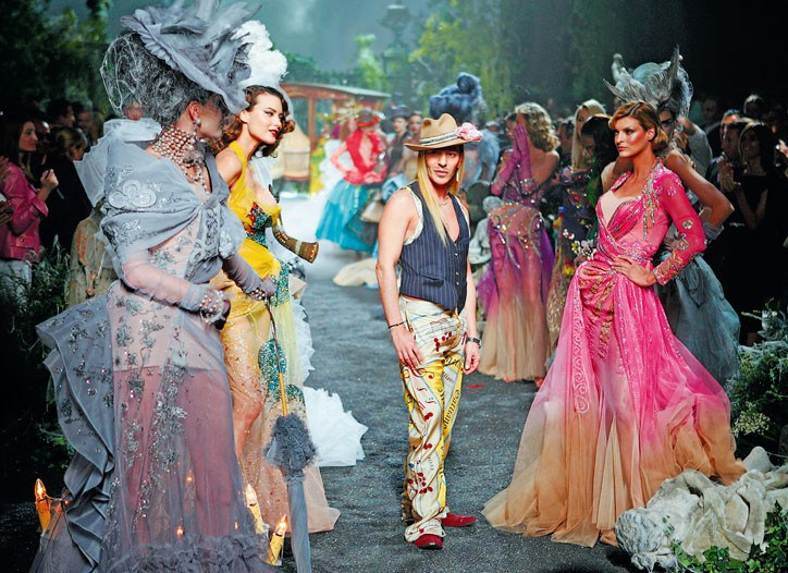 - John Galliano的伸展臺上從不缺乏驚嘆聲和掌聲。Dior Couture Fall 2005photo via WWD