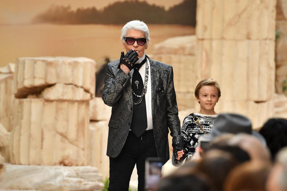 - Chanel 18度假系列,Karl牽著教子Hudson Kroenig謝幕。photo via Fashionista