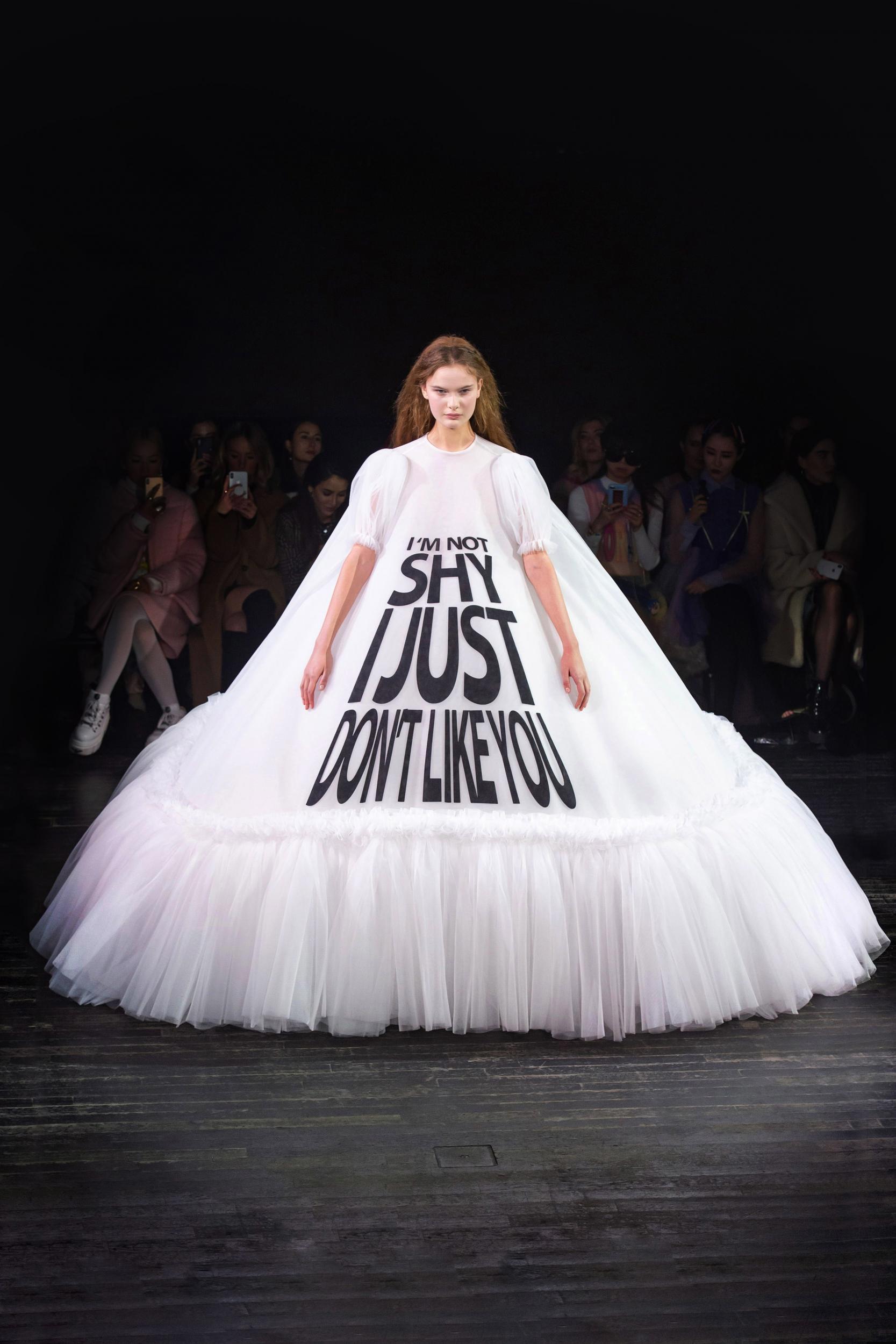 向來創意無限的 Viktor & Rolf 在2019高級訂製服系列也大展幽默風趣,厭世標語上身,「I am sorry, I didn't want to come」、「No Photo Please」只要社交倦怠,就穿這些去。
