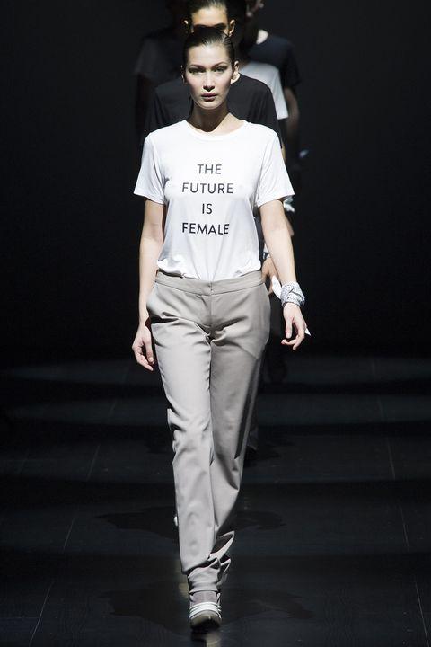 Prabal Gurung 秋冬2017系列,當時 #metoo運動剛引發熱烈討論,而系列最後則由模特兒們穿著不同的女權標語T恤走上伸展台。