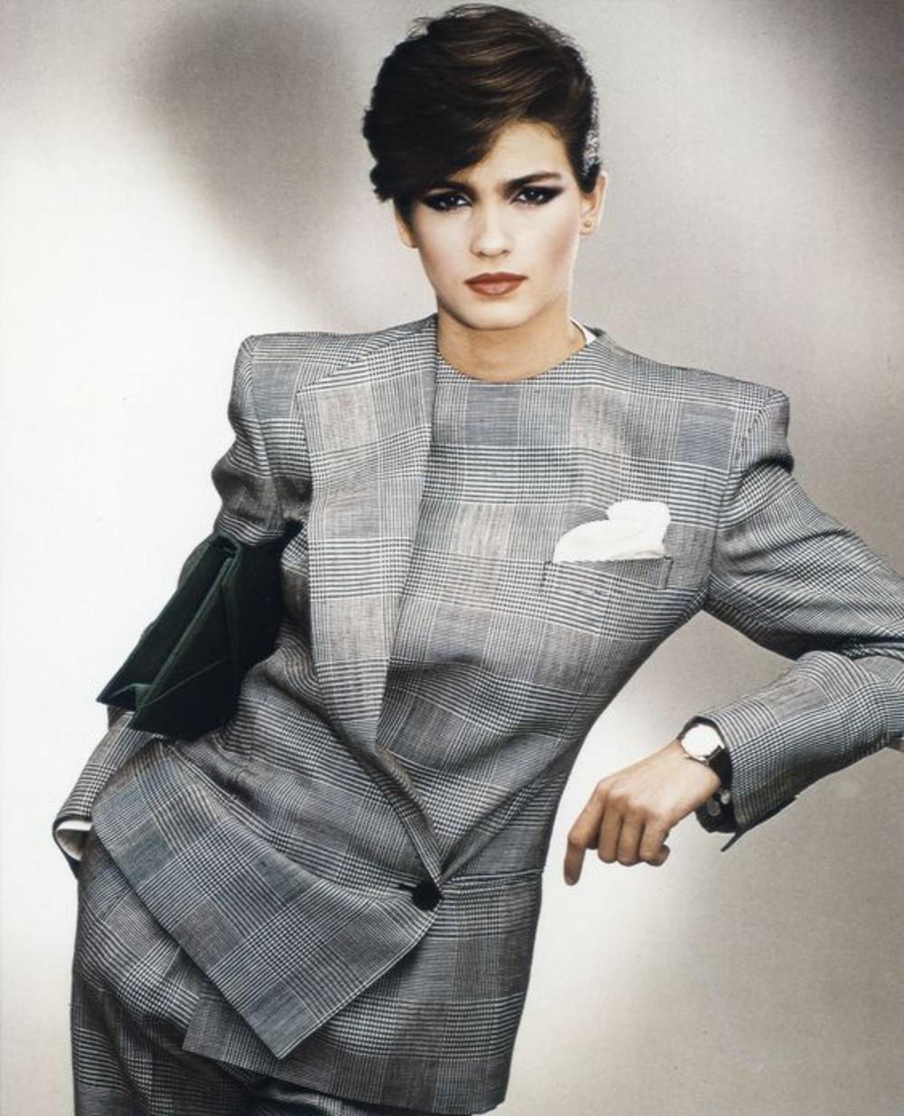 或許Giorgio Armani 現在紅的是它的唇膏,但是在經濟崛起、女性走入職場的1970年代,是他做出了屬於職場女強人的「Power Suit」。