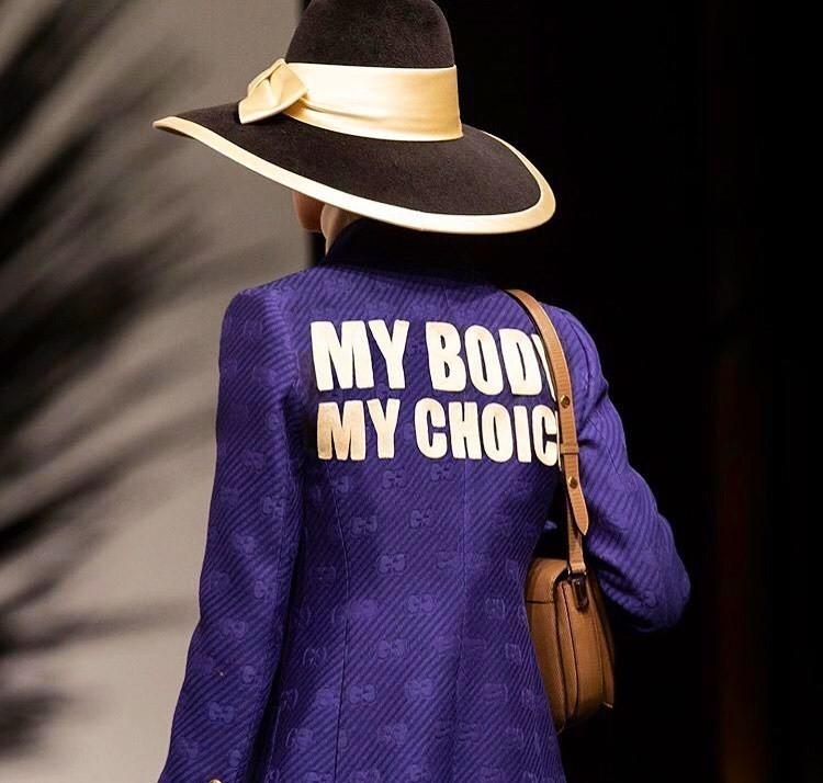 時尚反映時事,Gucci 早春2020系列中,品牌總監 Alessandro Michele 瞄準美國阿拉巴馬州《反墮胎法案》攻擊,「我的身體,我做主!」沿用1970年代女權運動口號,透過時尚發聲。