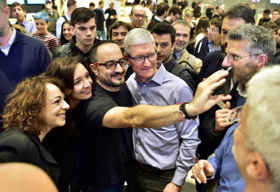 2-tim-cook-apple-store-milano-iriparo-roma-prati-news.jpg