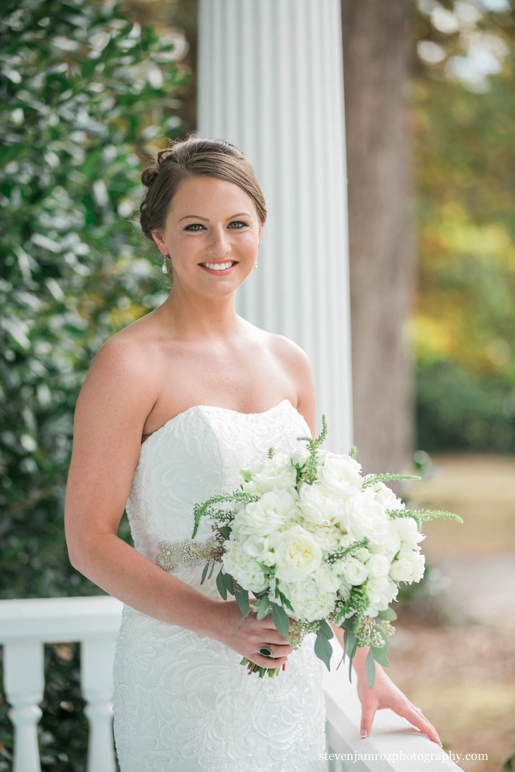 bride-holding-bouquet-hudson-manor-steven-jamroz-photography-0084.jpg