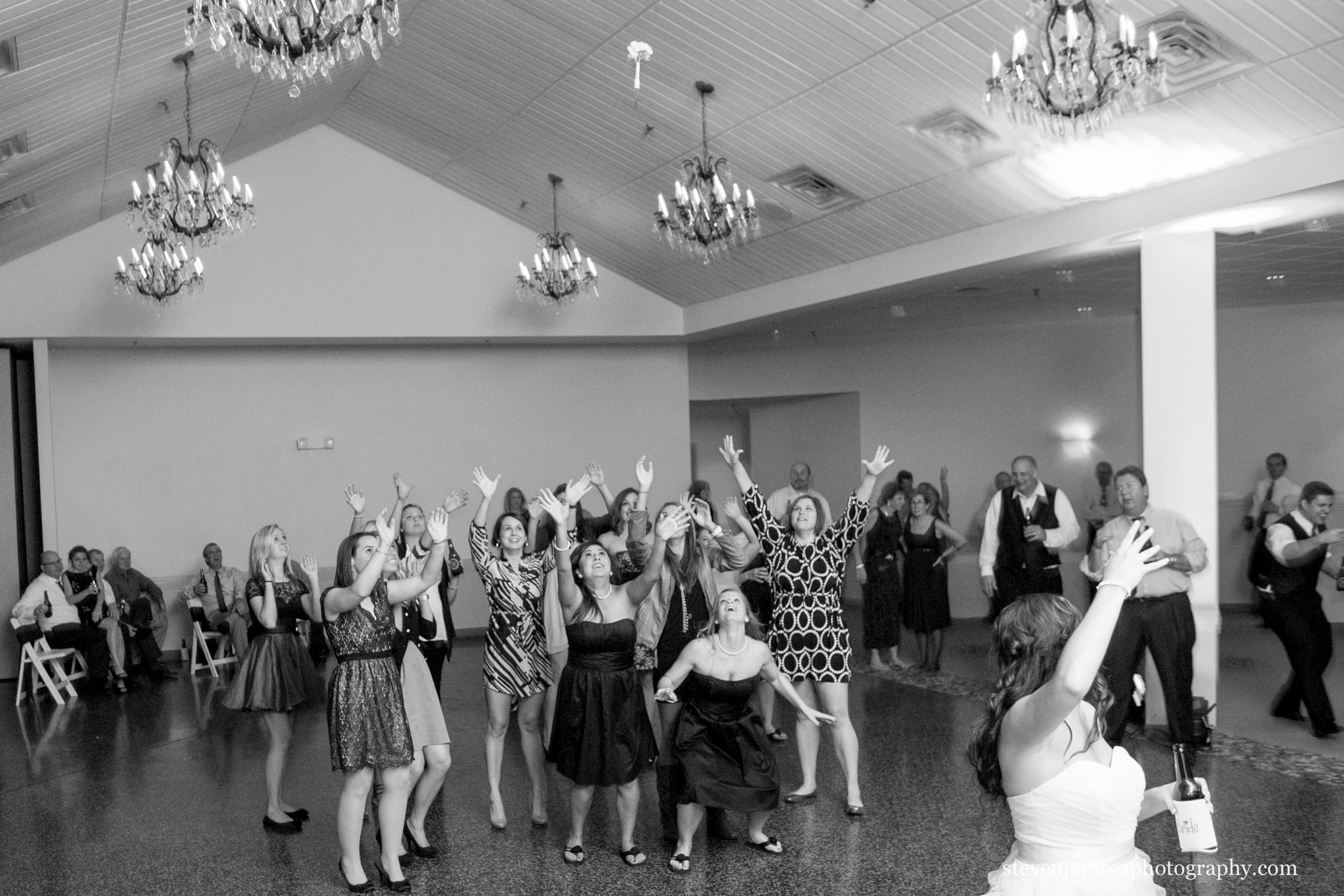 bouquet-toss-girls-jump-steven-jamroz-photography-0570.jpg