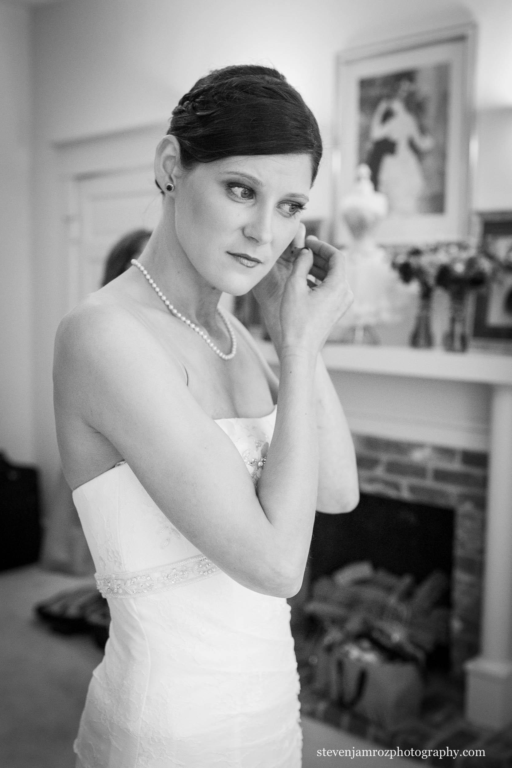 bride-hudson-manor-puts-on-ear-rings-wedding-0799.jpg