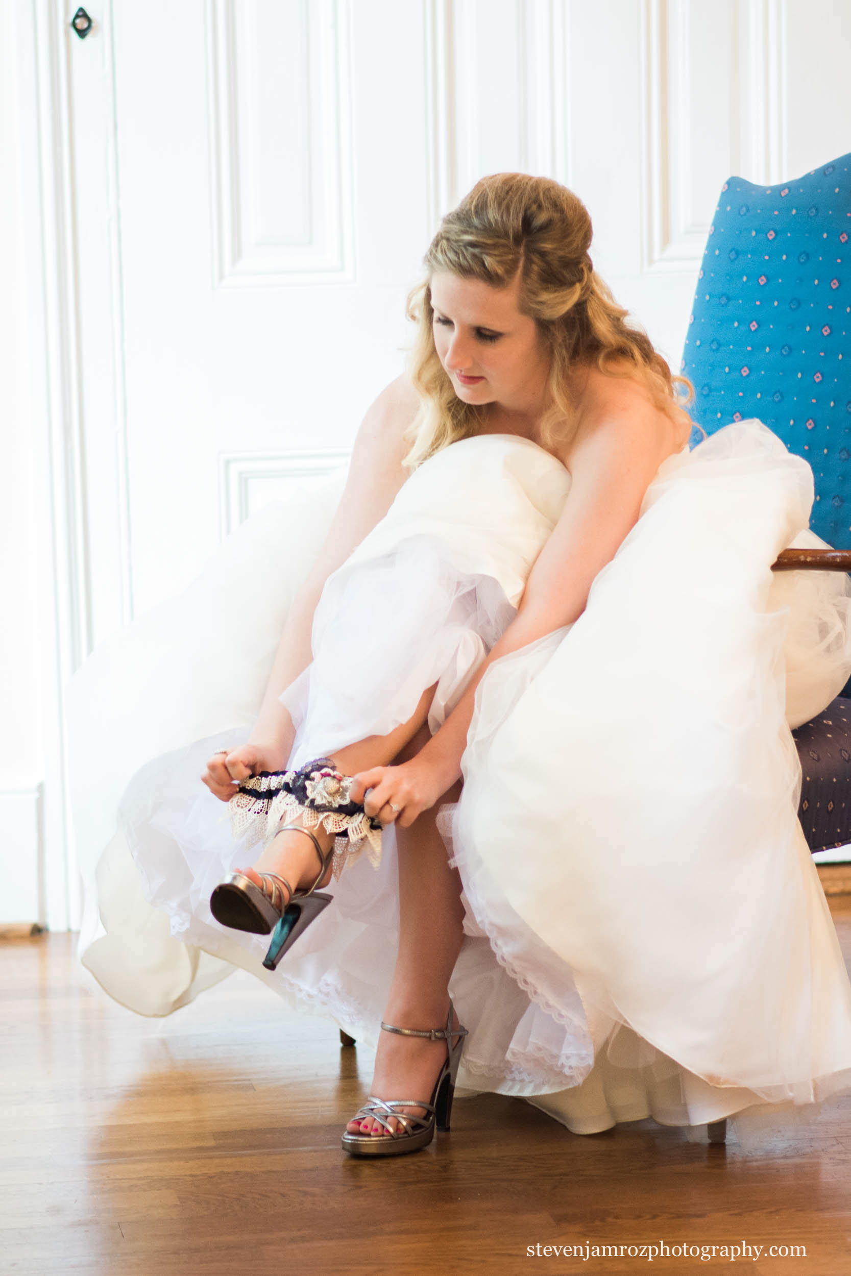 garter-putting-on-getting-ready-wedding-steven-jamroz-photography-0022.jpg