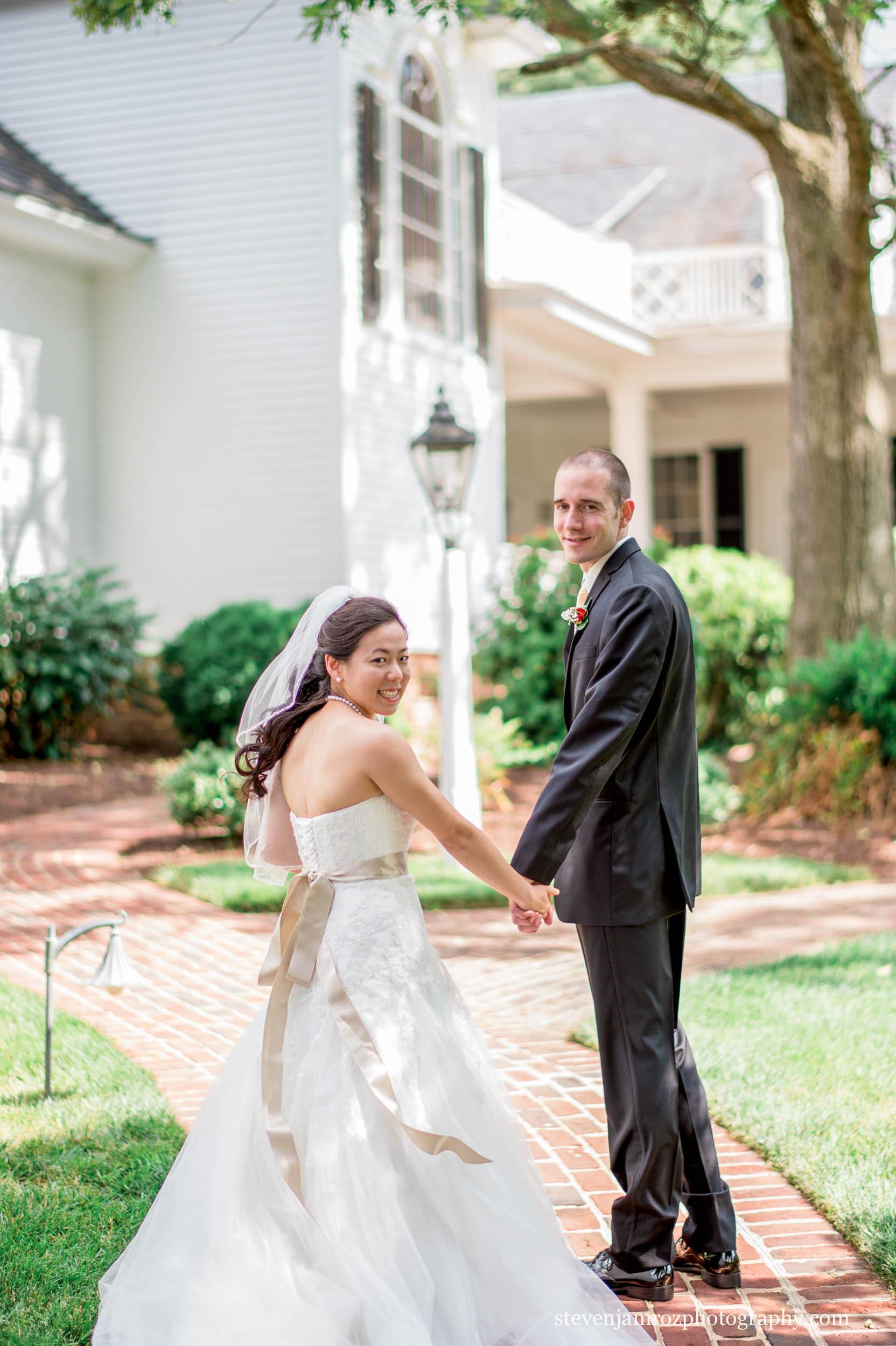 holding-hands-rose-hill-plantation-bride-groom-wedding-steven-jamroz-photography-0549.jpg