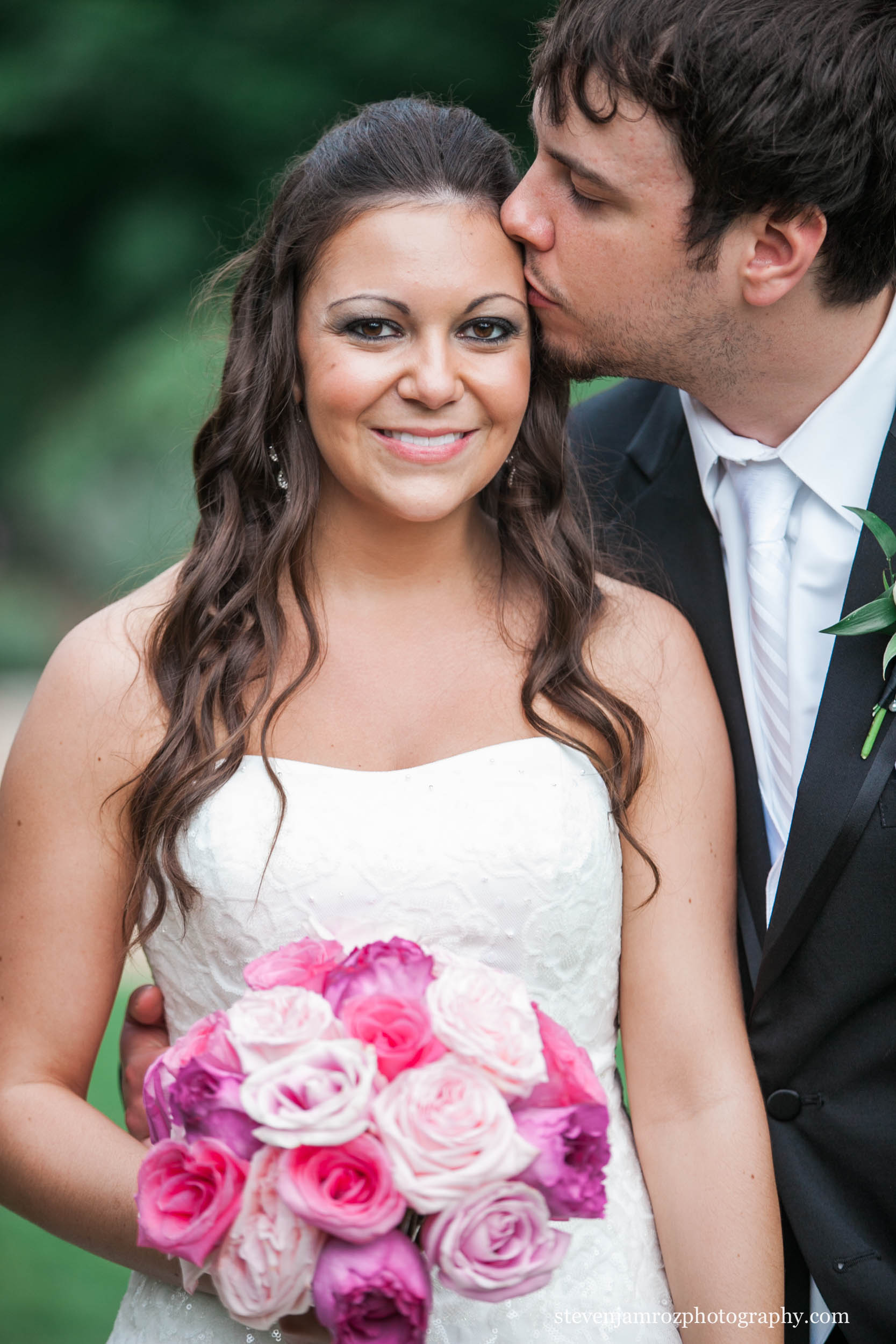 kiss-on-cheak-wedding-steven-jamroz-photography-0011.jpg