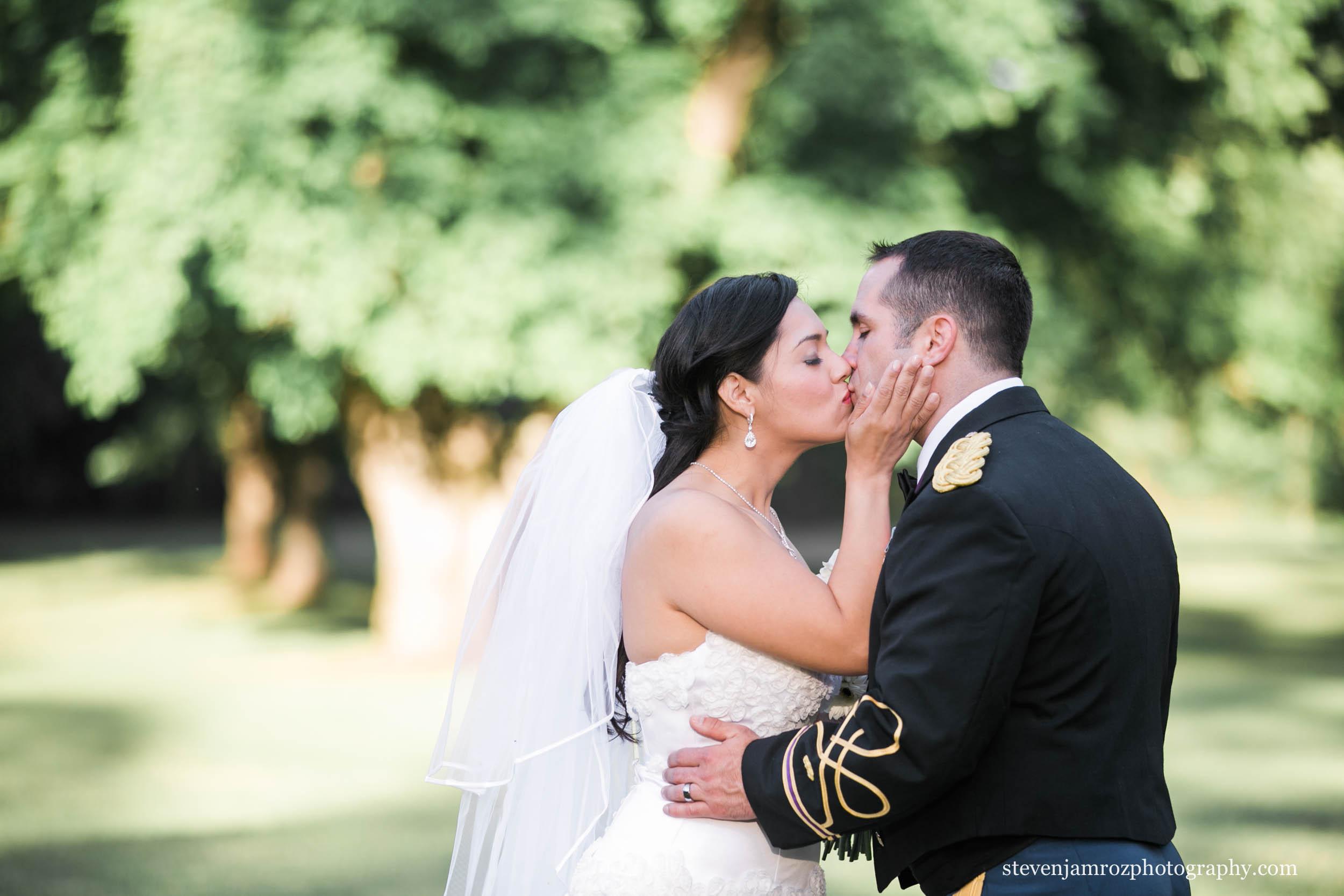 kissing-couple-wedding-raleigh-steven-jamroz-photography-0316.jpg