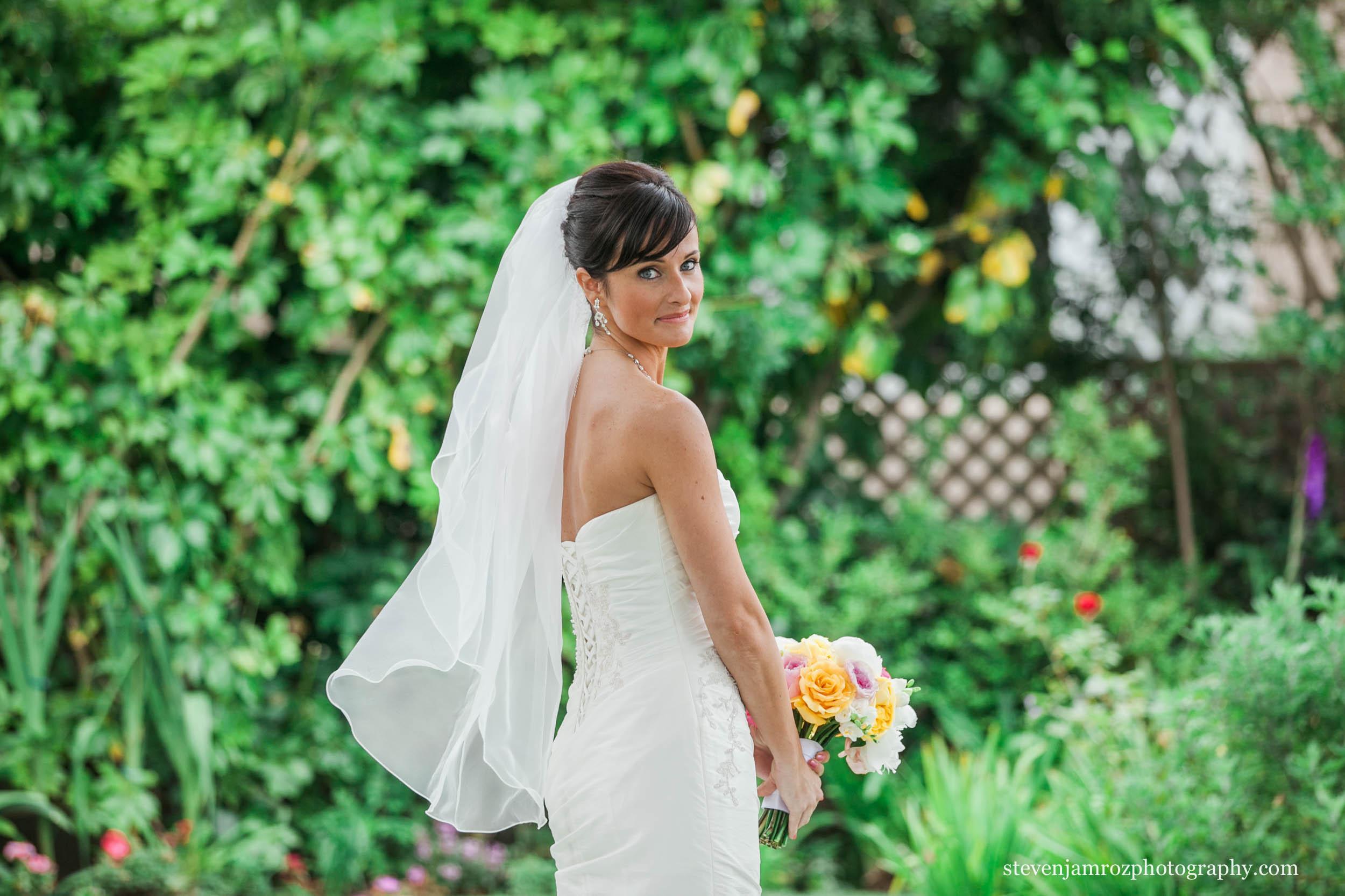looks-over-shoulder-bride-raleigh-steven-jamroz-photography-0279.jpg