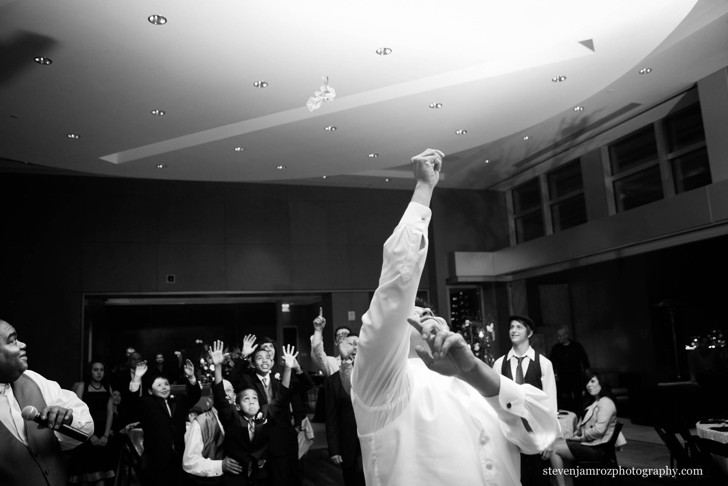 mid-air-garter-toss-excited-steven-jamroz-photography-0284.jpg