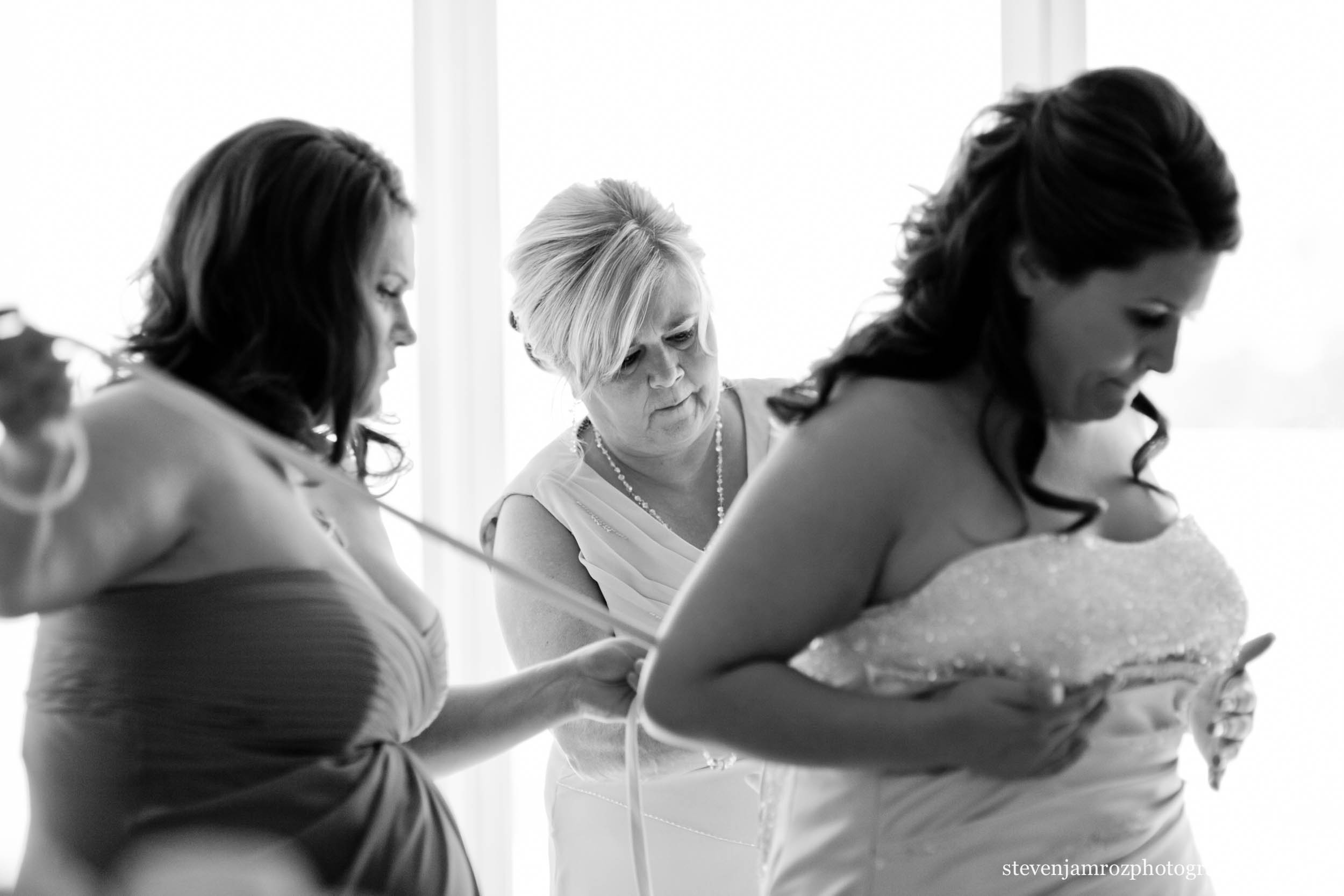 mom-helps-bride-get-ready-raleigh-photographer-0896.jpg