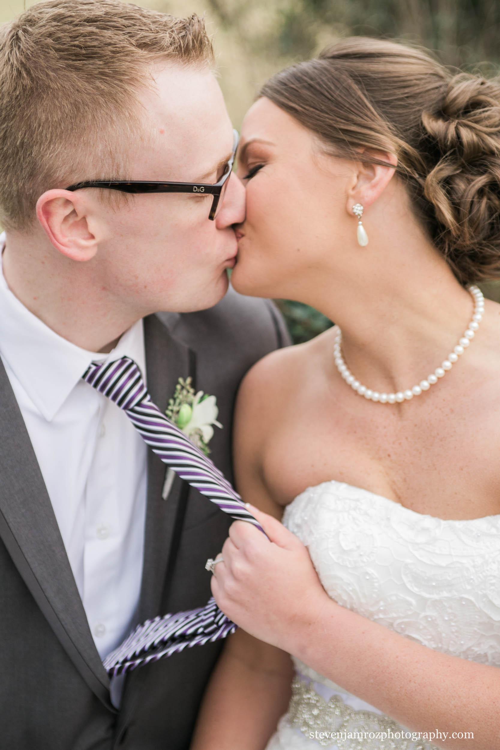 pulling-tie-bride-kiss-groom-wedding-steven-jamroz-photography-0177.jpg