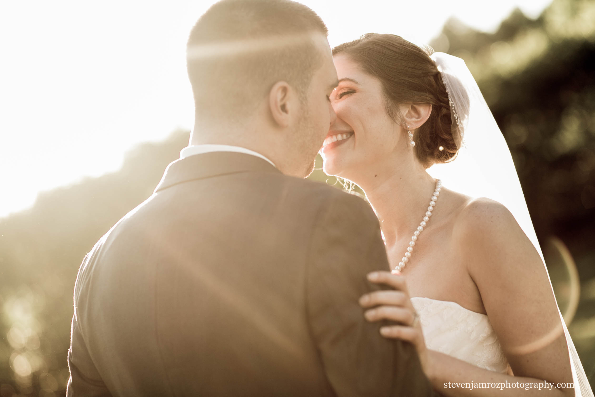 sunlight-bride-grrom-kissing-raleigh-photography-0948.jpg