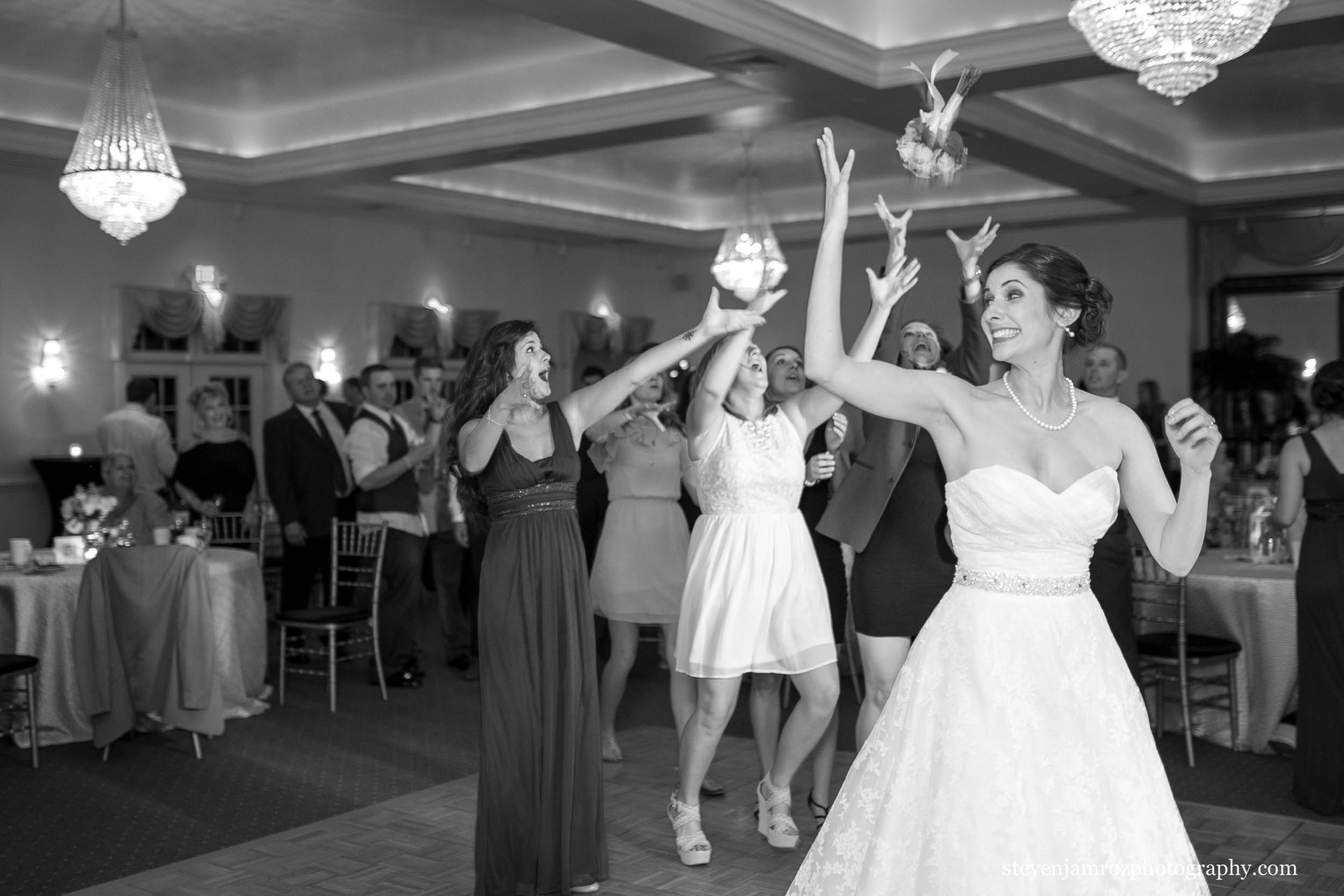 throws-the-bouquet-wedding-hudson-manor-steven-jamroz-photography-0179.jpg