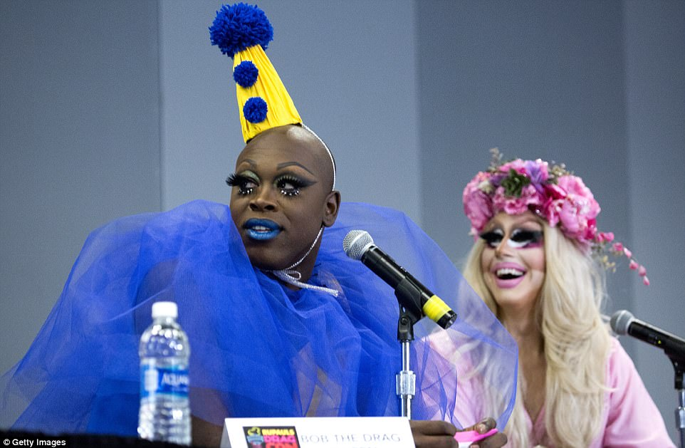 4425A51000000578-4877648-Pictured_Bob_the_Drag_Queen_wore_blue_lipstick_to_match_a_blue_t-a-41_1505247520858.jpg