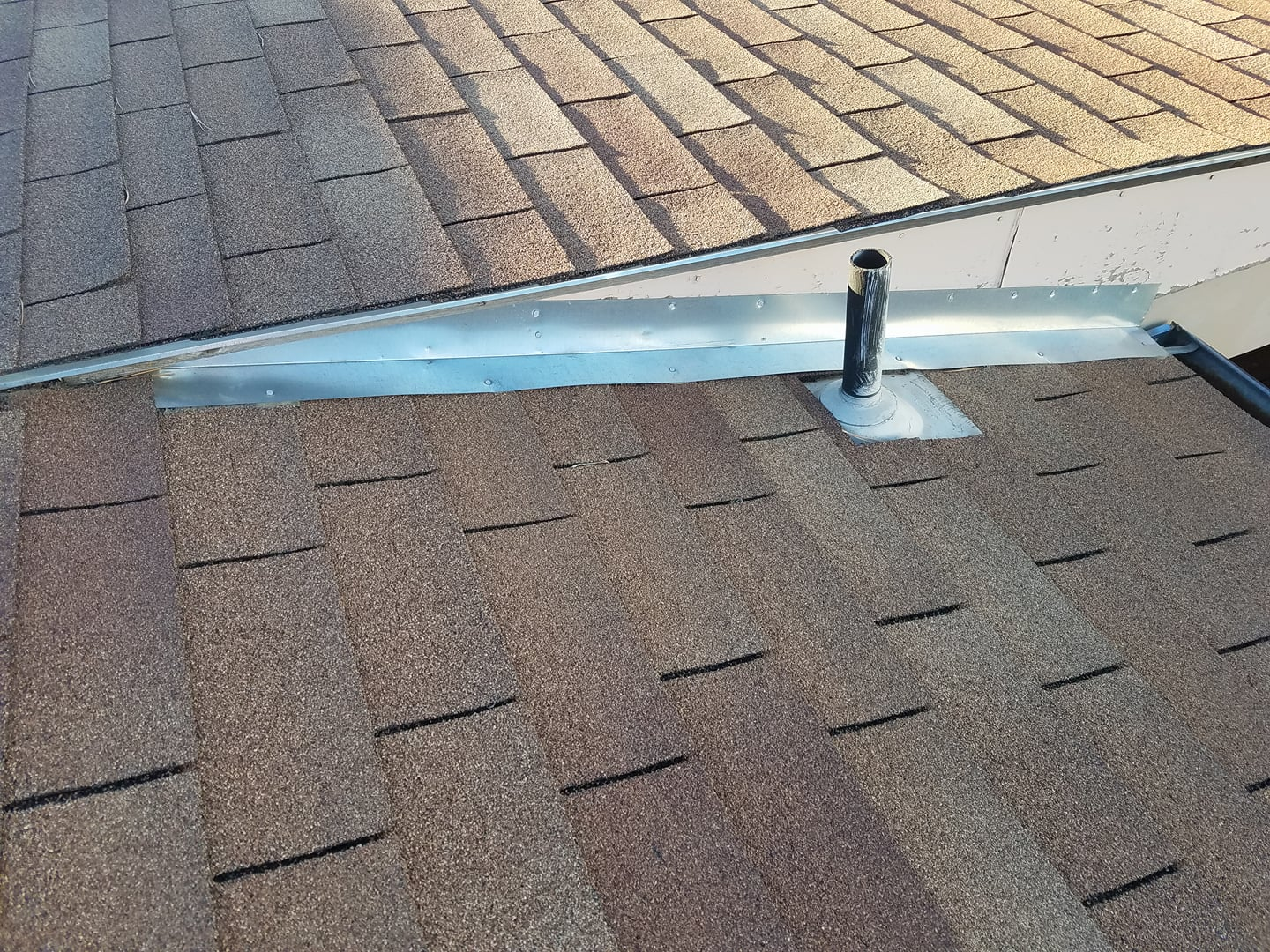 There are way too many issues with this sidewall flashing as they attempt to stop leaking and water damaged. This continuous sidewall flashing is serving absolutely no purpose whatsoever.