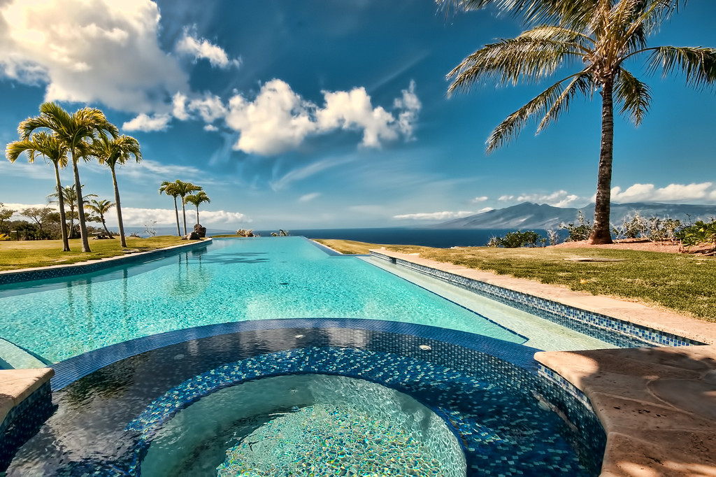 Jacuzzi and infinity pool spectacular view.jpg