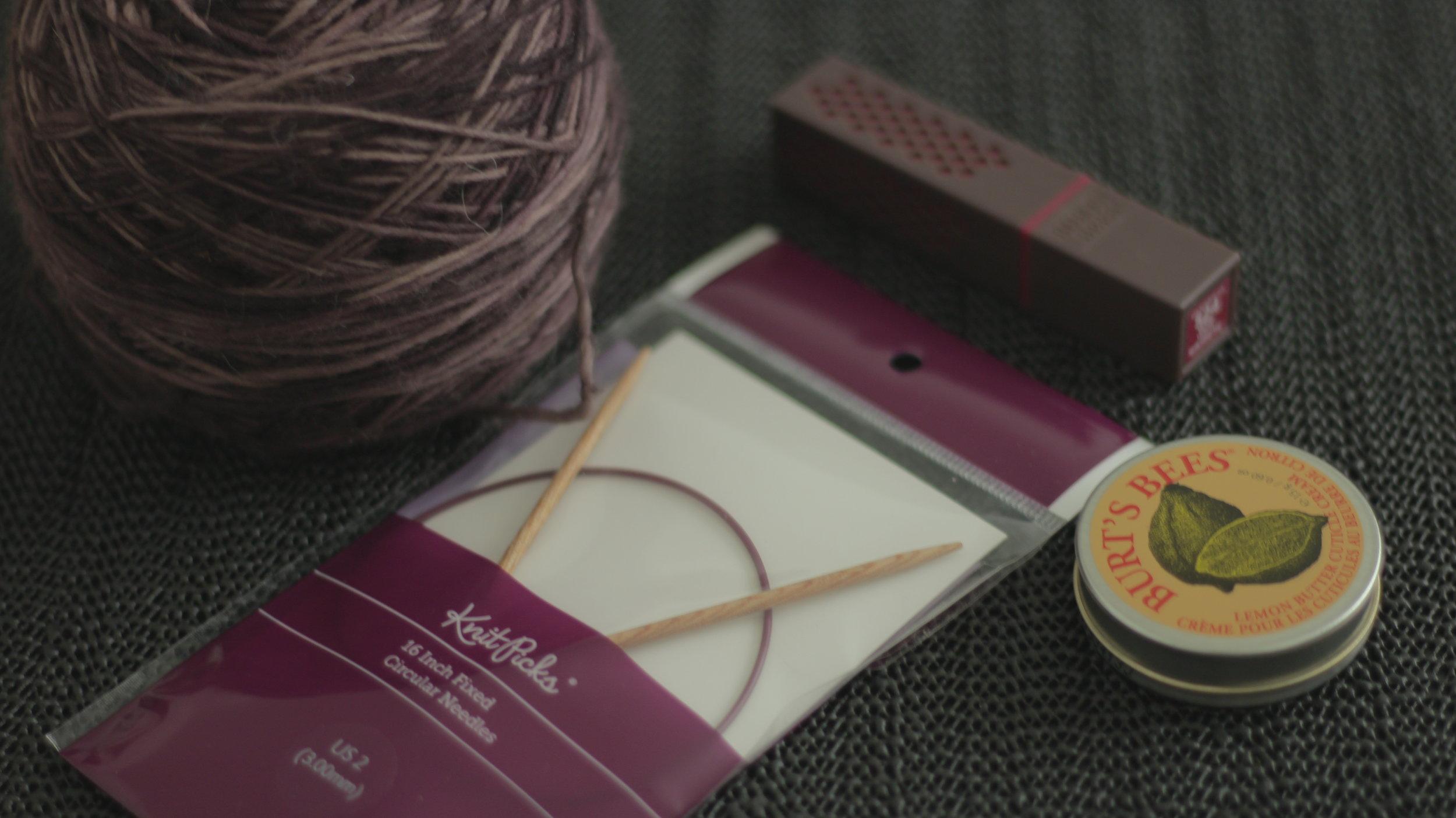 "Laine :  Manos Del Uruguay  -   Clara   100% Superwash Merino, 1 brin, couleur  Amatista                Aiguilles :  KnitPicks  -  Sunstruck , bois de bouleau, 3mm, câble 16"""
